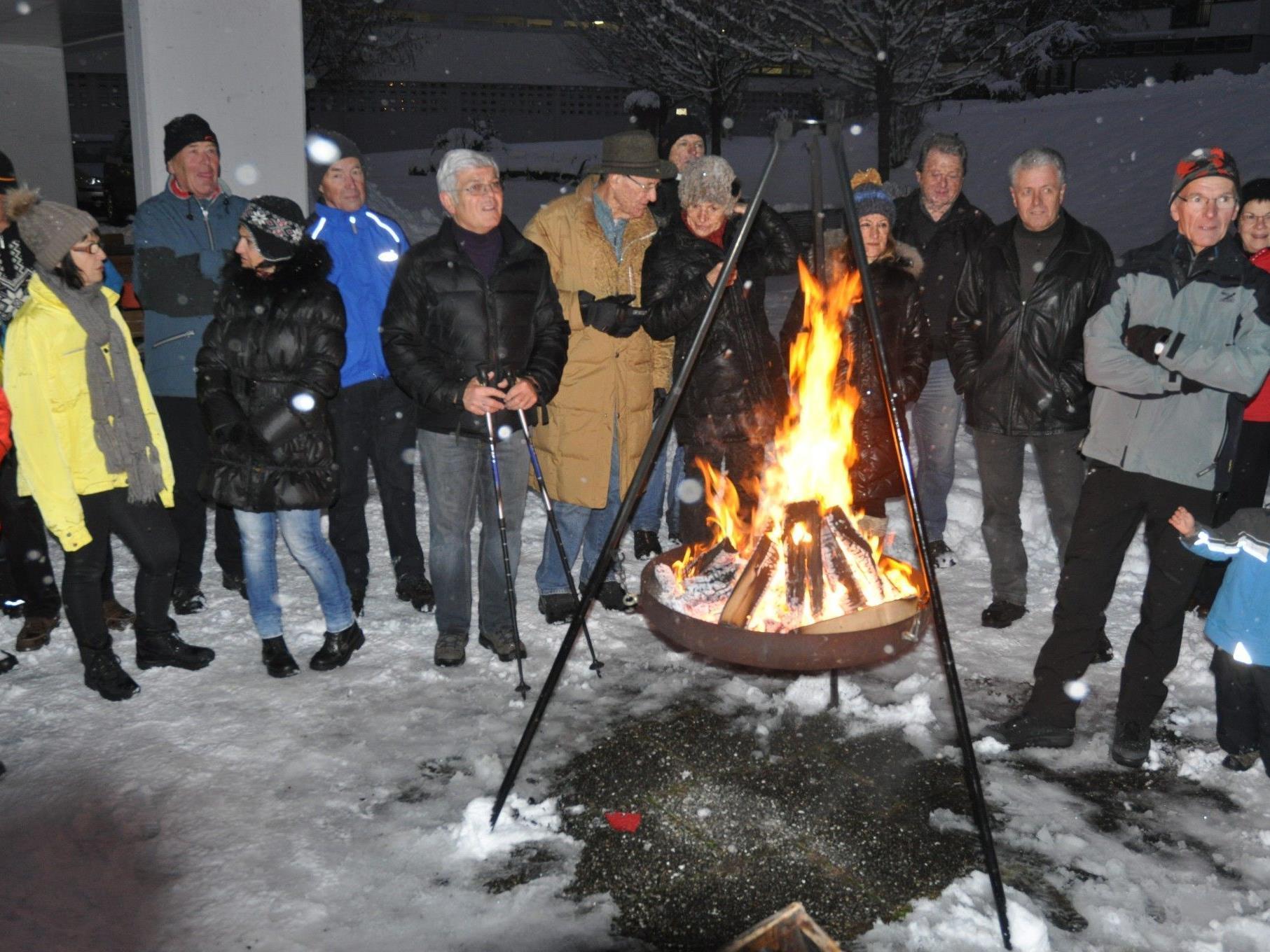 Beim offenen Feuer erwärmten die vielen Wanderer Körper und Geist.