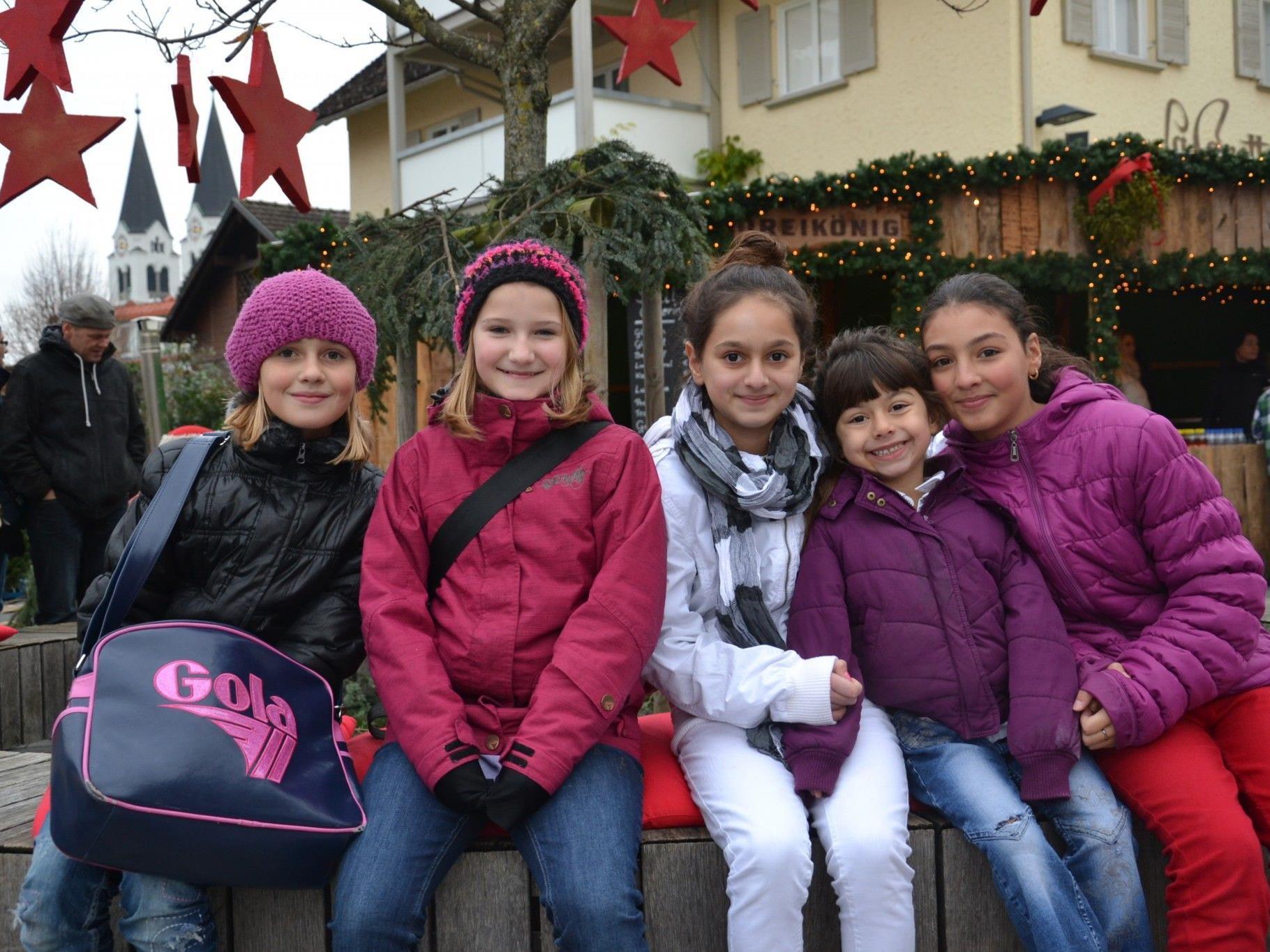 (v.l.) Denise, Julia, Deniz, Defne & Diletta vergnügten sich am Samstag beim Götzner Weihnachtsmarkt