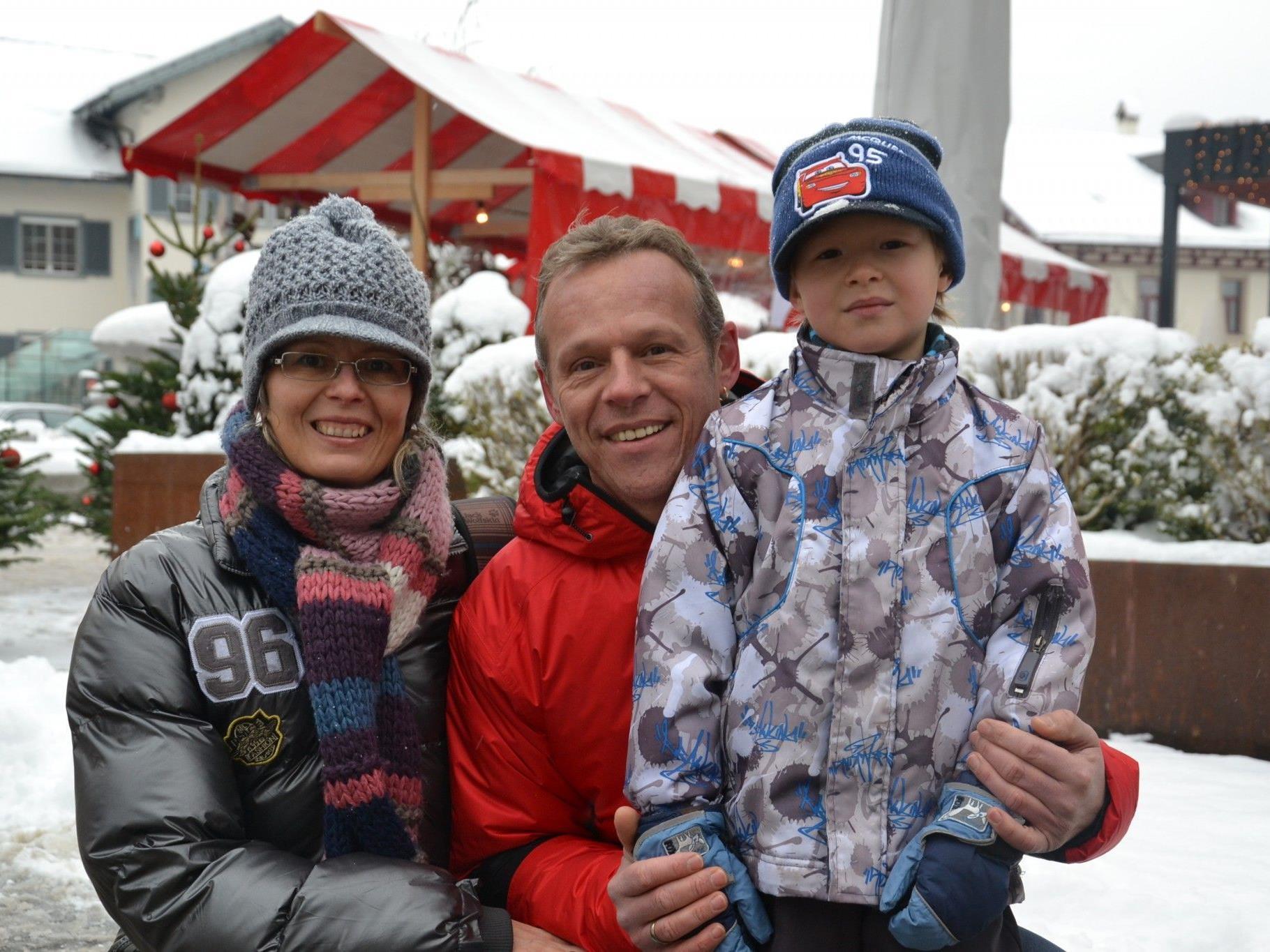 Auch Familie Jäger aus Götzis besuchte den Adventmarkt am Garnmarkt v.l.: Susanne & Dietmar mit Sandro
