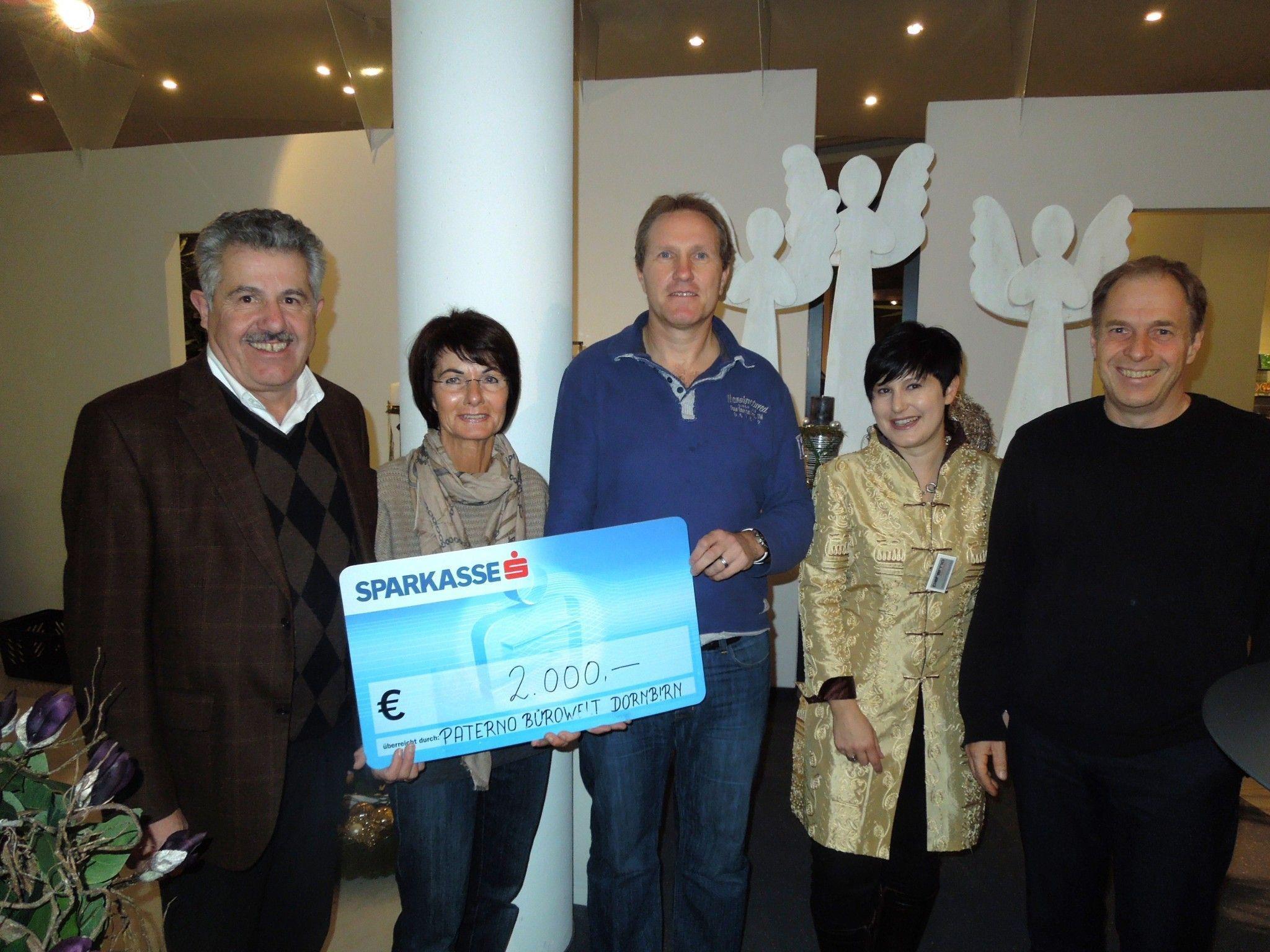 Die Landesleiterin der Katastrophenhilfe, Inge Sulzer nahm dankend die großzügige Spende der Fa. Paterno entgegen.