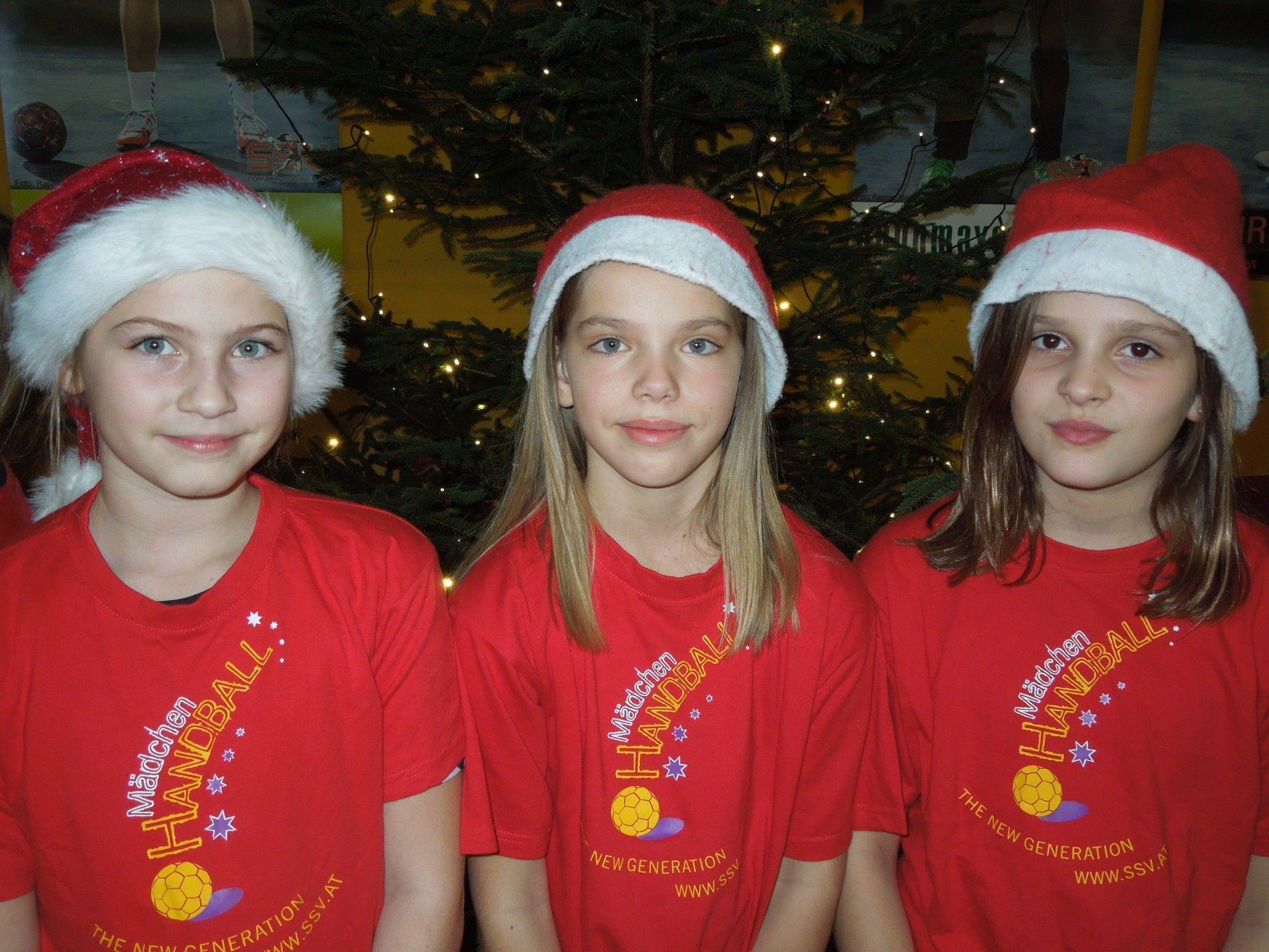 Denise, Anita und Zerina waren bei der SSV-Nikolausfeier schon richtig in Weihnachtsstimmung.