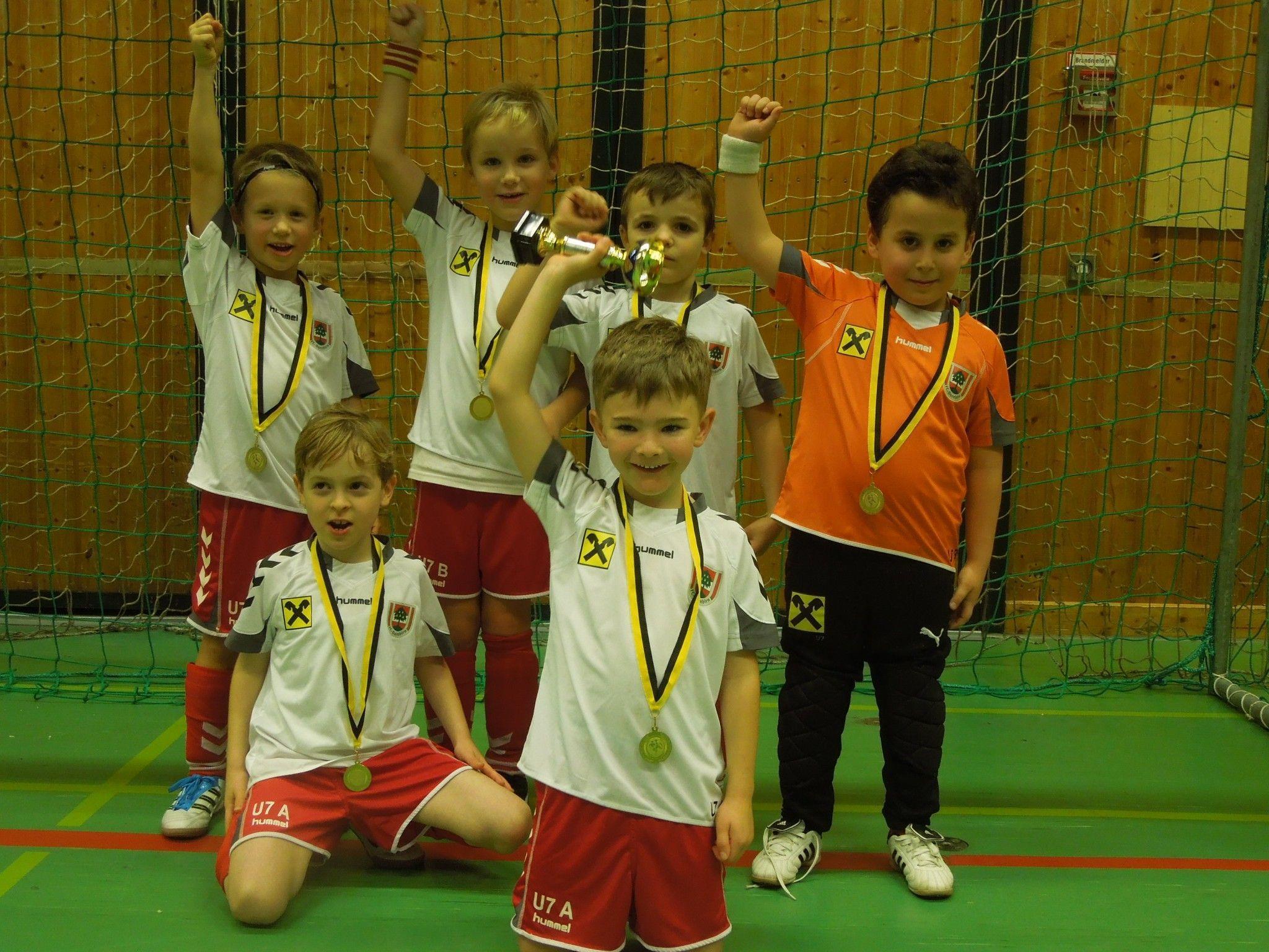 Das jüngste Siegerteam, die U7 des FC Dornbirn jubelte beim SC Graf Hatlerdorf Nachwuchshallenturnier.