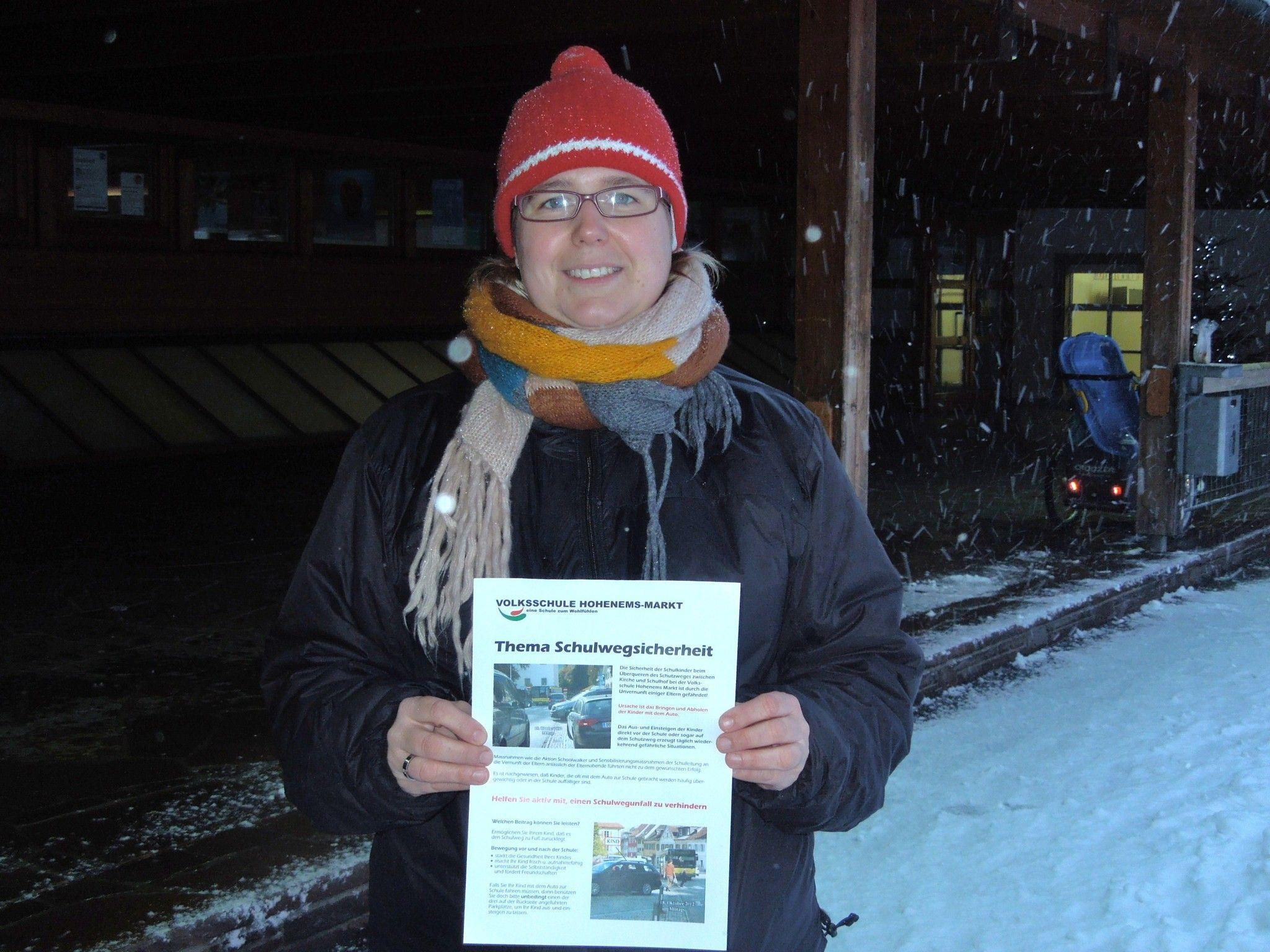Der Elternverein (i.Bild Obfrau Esther Winkler) setzt sich sehr für die Sicherheit der Schulkinder ein. Flugblätter zum Thema wurden bereits verteilt.