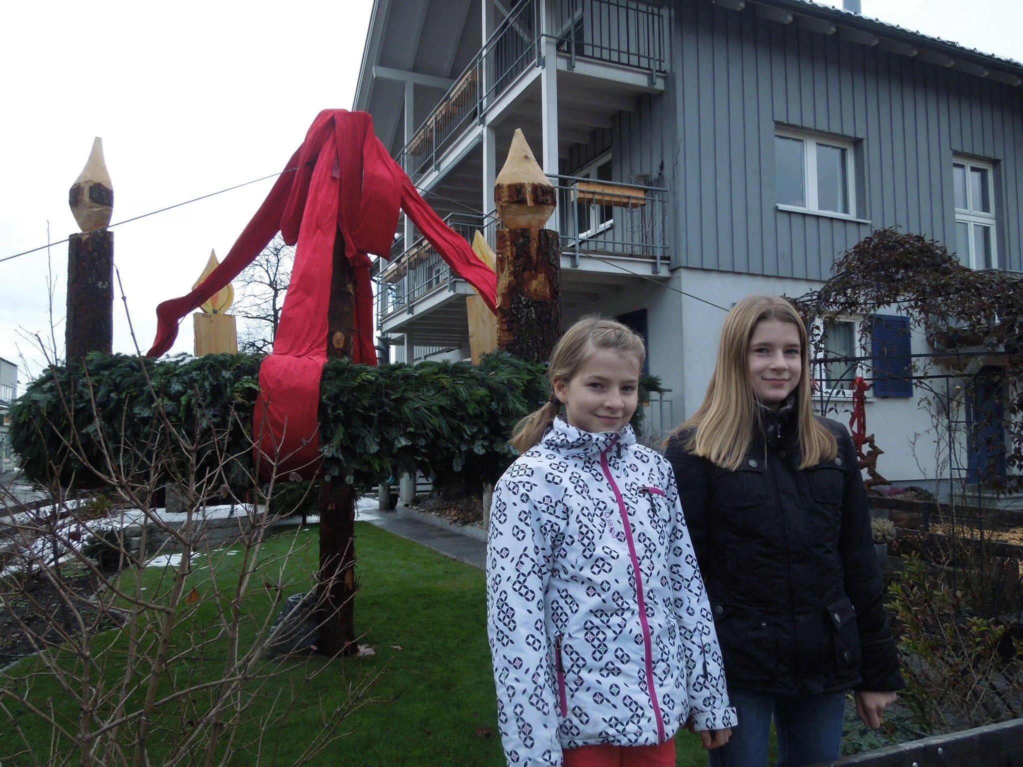 Familie Ilg (im Bild Lena und Julia) hat wohl den größten Adventkranz in Dornbirn. 14 Meter umfasst der große Kranz!