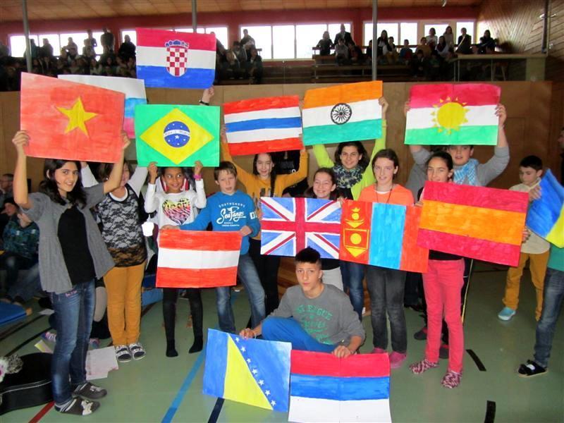 Schüler mit den Flaggen ihrer Herkunftsländer