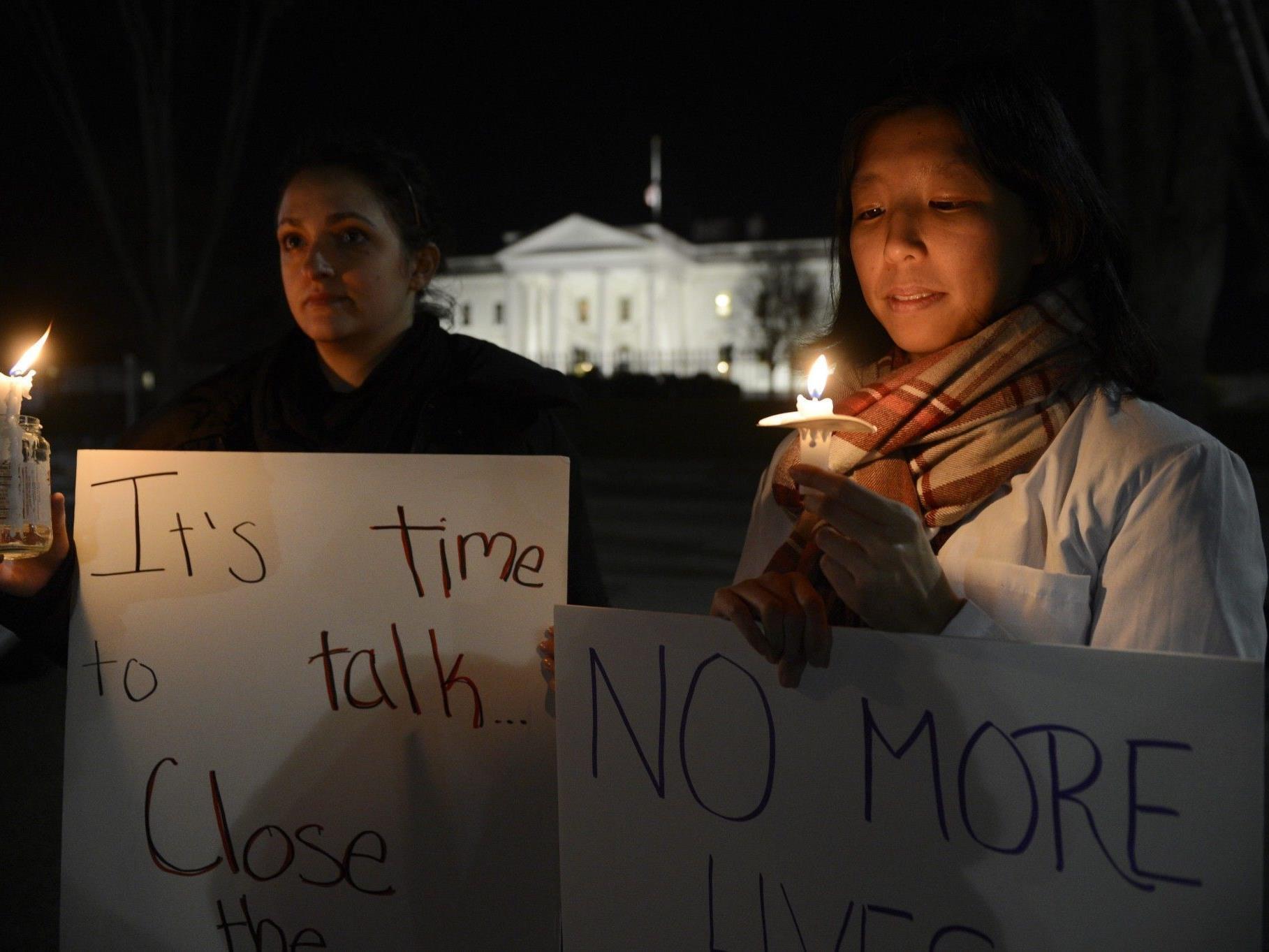 Waffengegner bei einer improvisierten Mahnwache vor dem Weißen Haus.