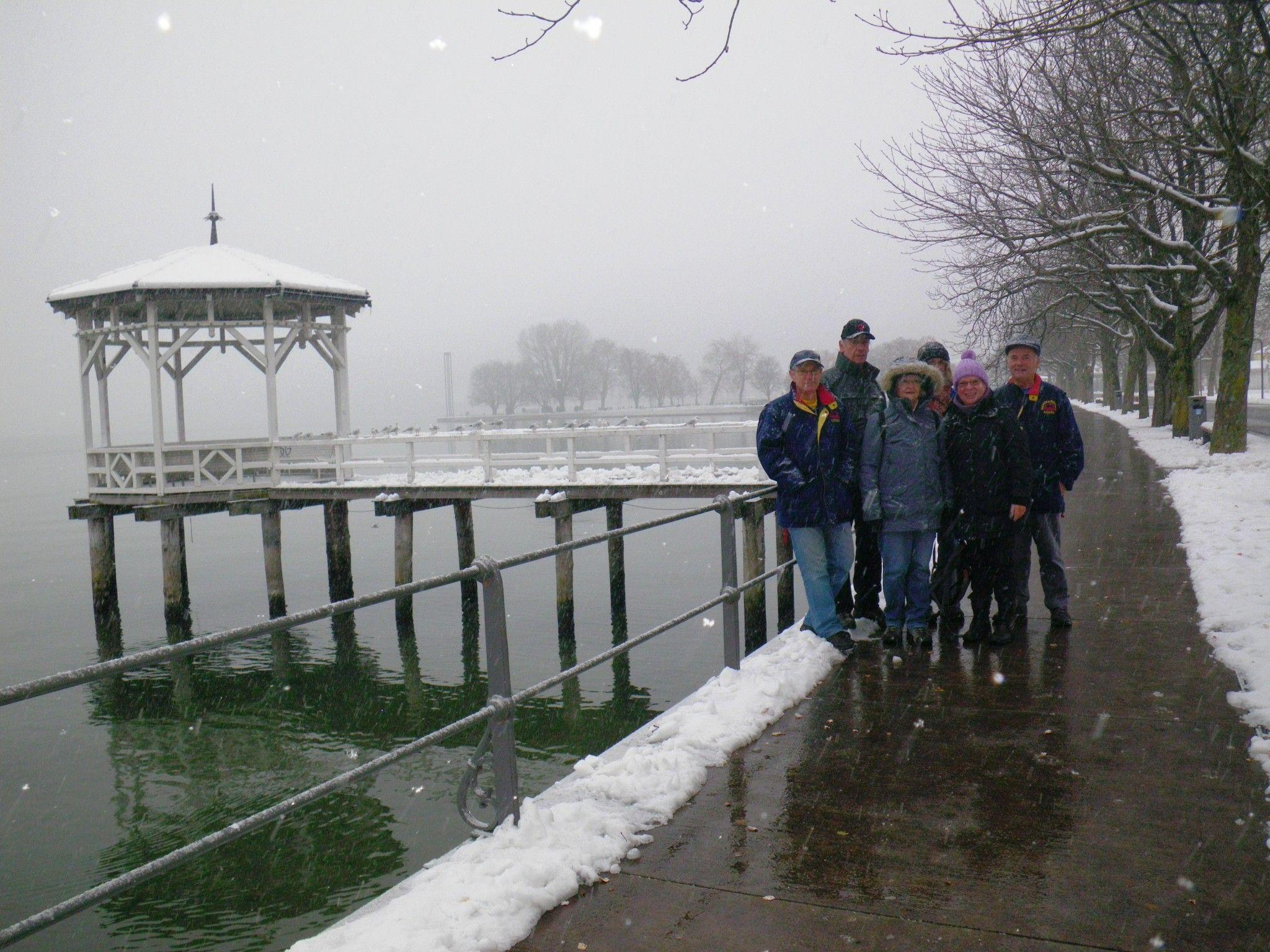 Die Wanderer auf der Seepromenade - der 10-km-Strecke