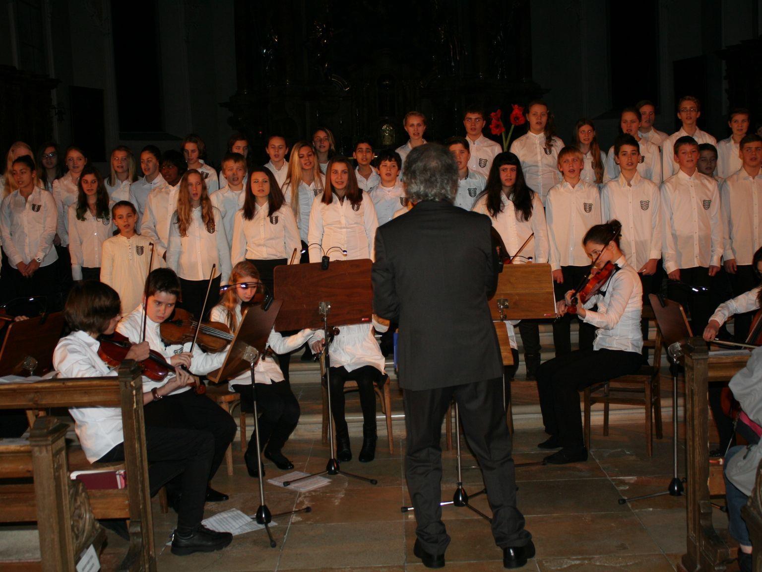 Der Schulchor mit 98 Schülerinnen und Schülern begeisterte Jung und Alt