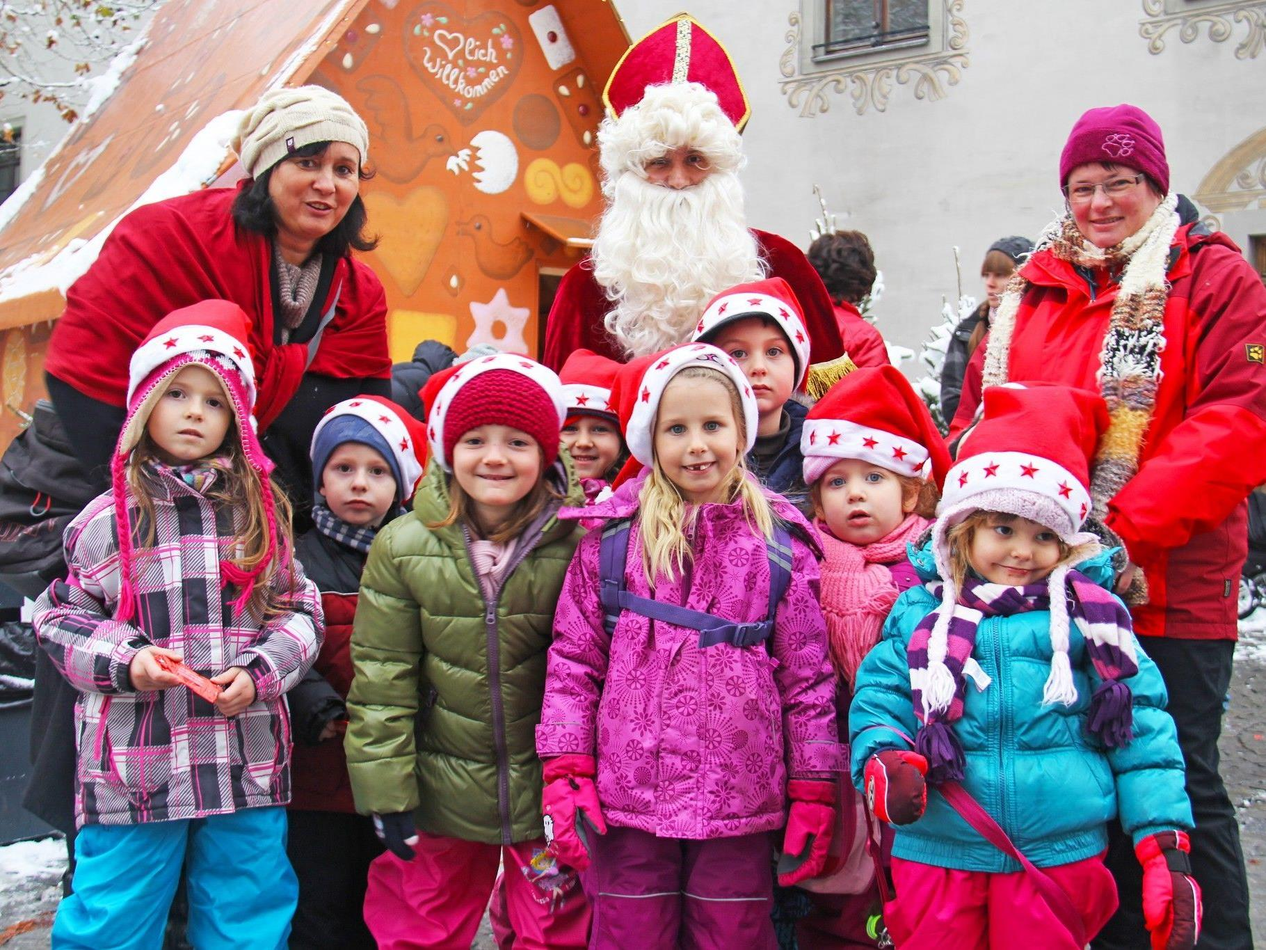 Kinder des Kindergarten Gisingen - Oberer Riegel mit dem Nikolaus und ihre Kindergartentanten Renate und Anni.