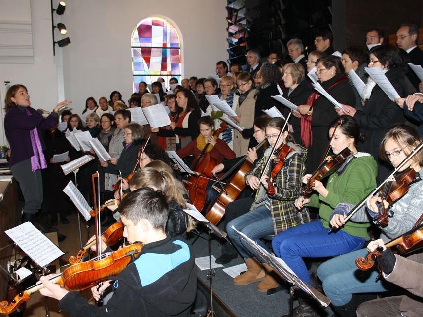 Die Kirchenchöre Lingenau und Egg umrahmten die Orgelweihe mit ihrem Gesang.
