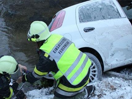 Die Feuerwehr holte in Niederösterreich einen PKW aus dem Bach