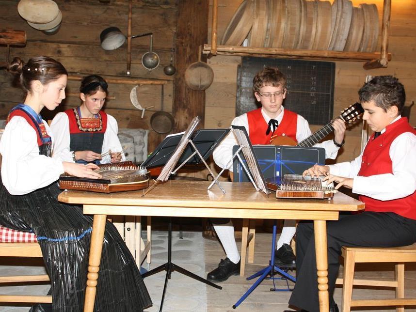 Kinder des Trachtenvereins stimmten mit Volksmusik auf Weihnachten ein.