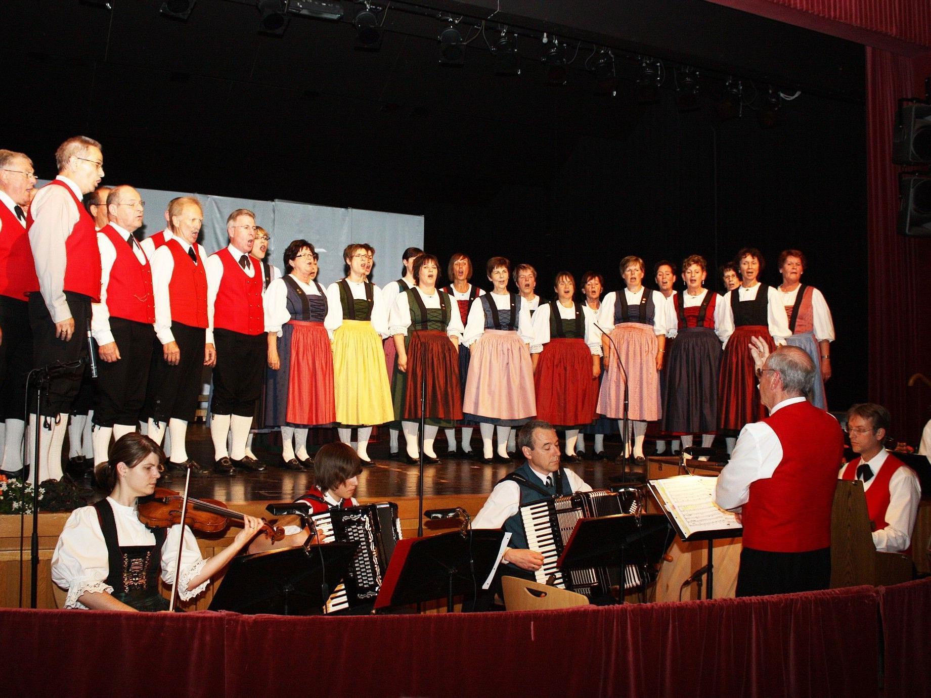 Chor der Trachtengruppe Lustenau singt klangschönes Volksliedgut zur Vorweihachtszeit.