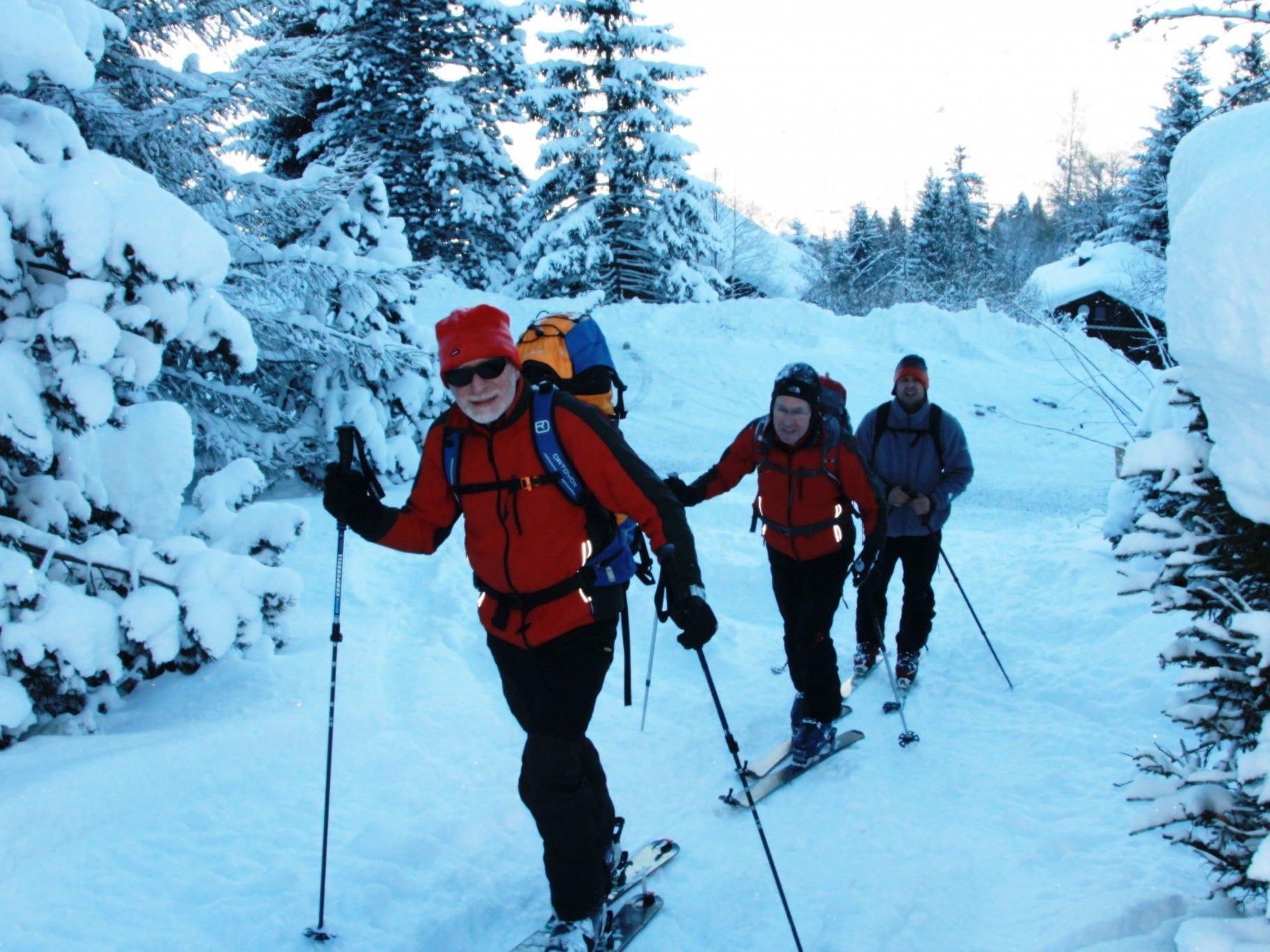 Tourenskifahrer beim Aufstieg auf die Bazora Bergstation.