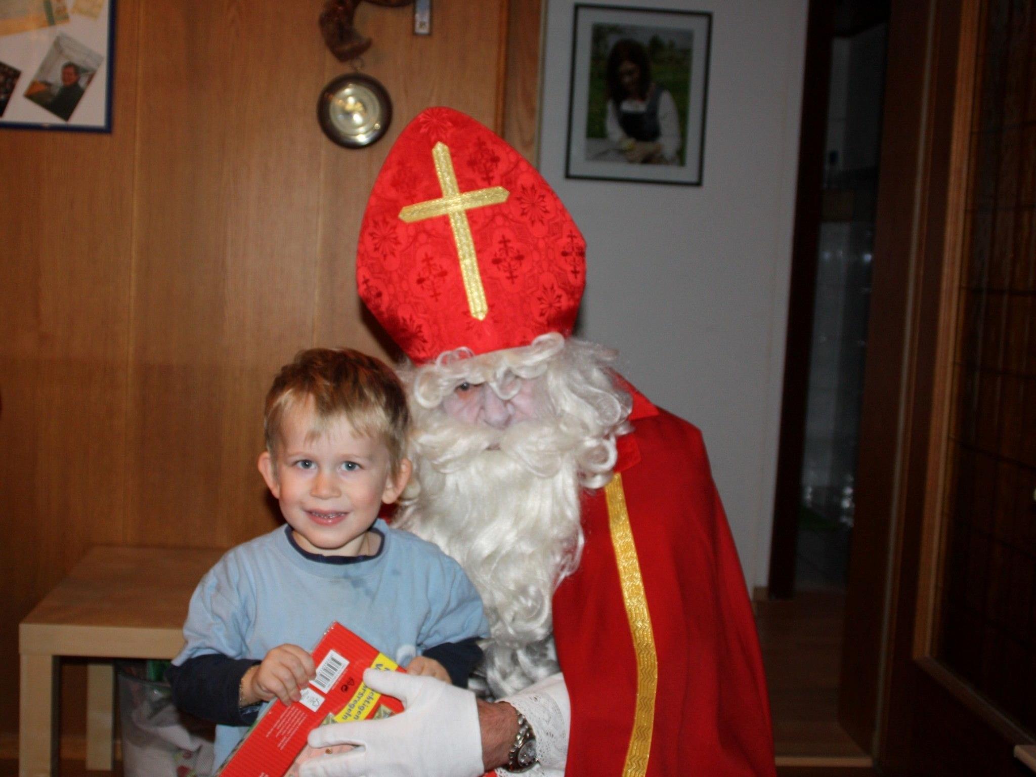 Strahlende Kids beim Besuch des Nikolaus.