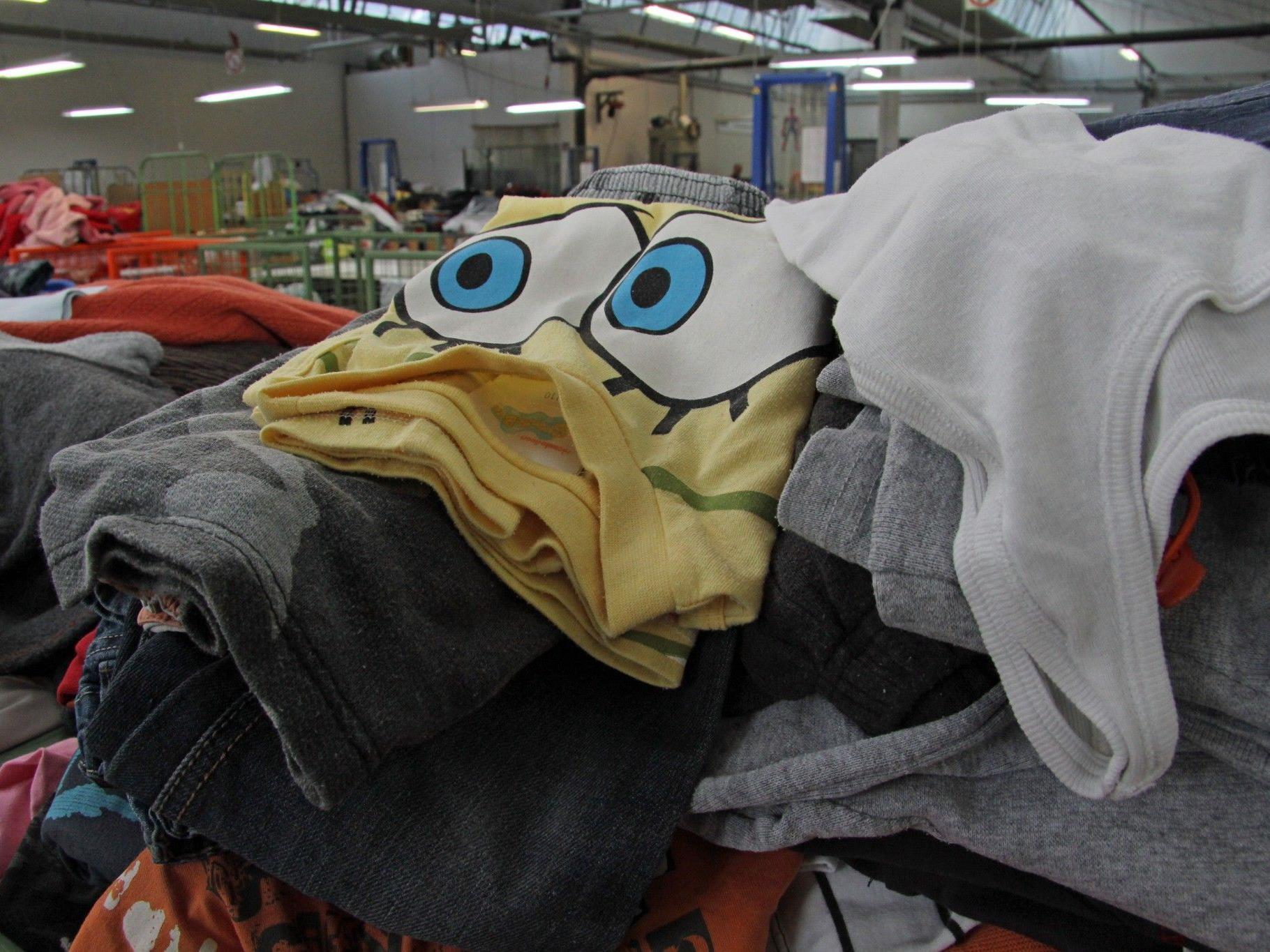 Die Kleiderberge in der Kleidersortierung Hohenems