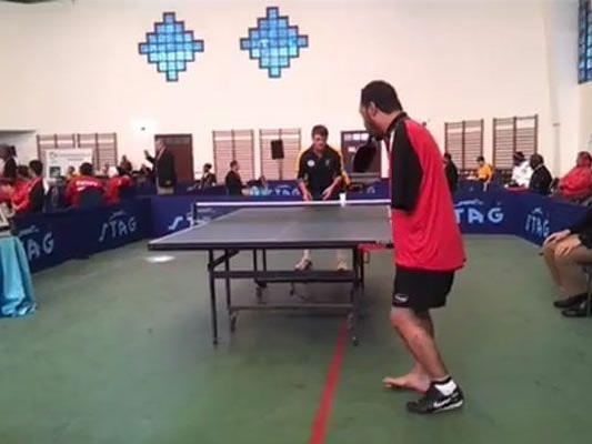 Elhoseny wirft sich den Ball beim Aufschlag gekonnt mit dem Fuß hoch.