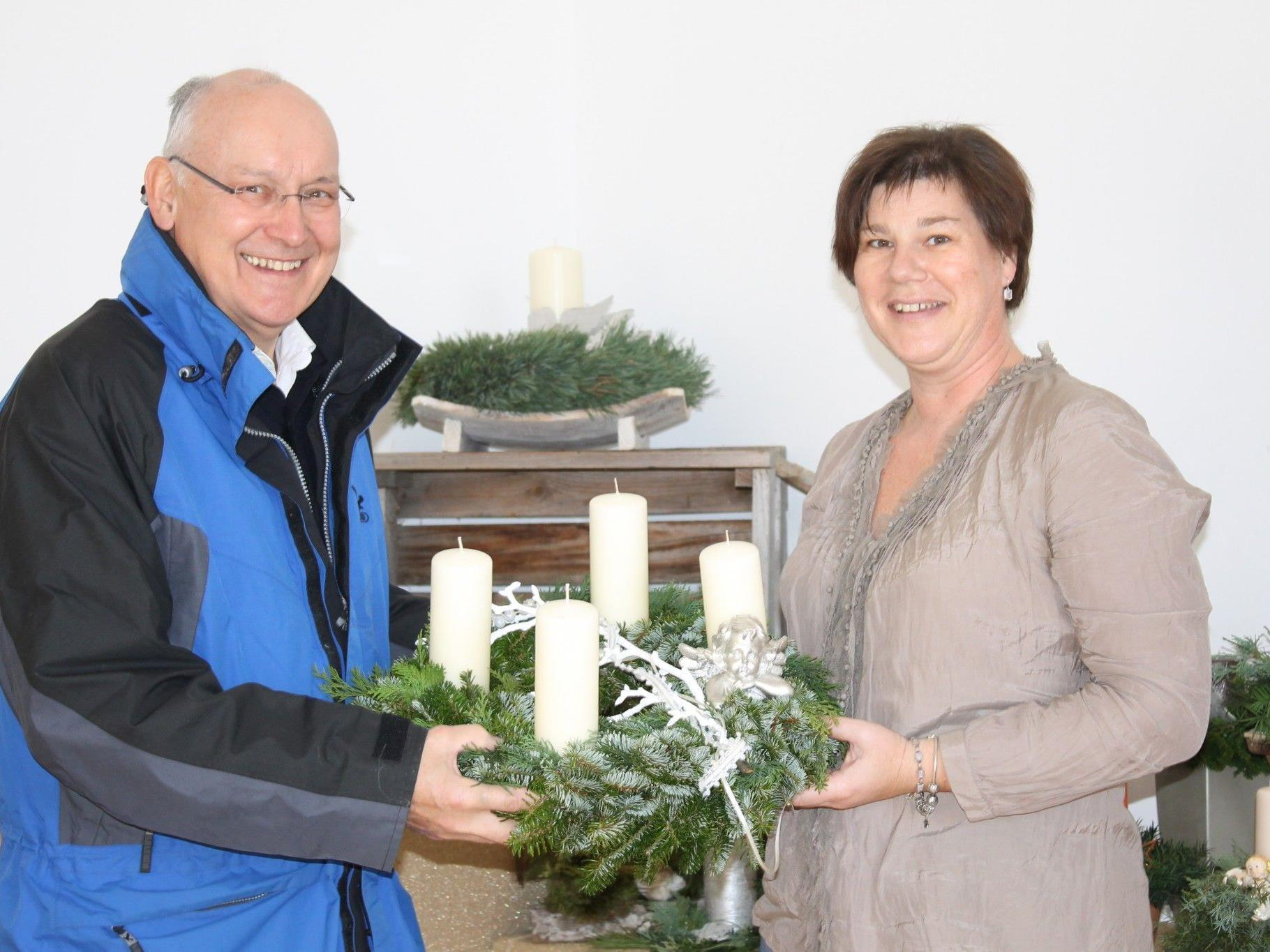 Ilse Dünser und Obmann  Anton Tschann präsentieren einen von vielen Adventkränzen
