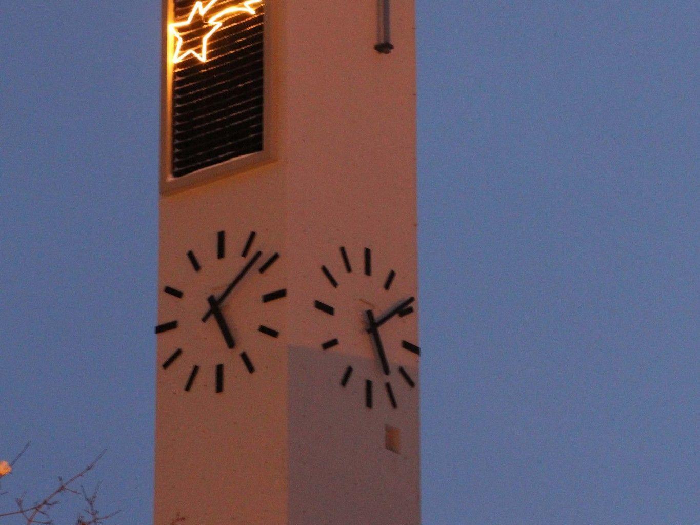 Ein neues Wahrzeichen der Gemeinde Vandans strahlt in 40m Höhe am Turm der Pfarrkirche.