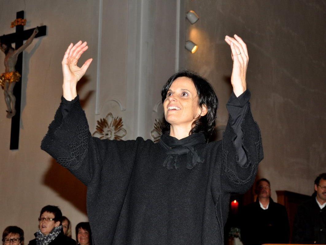 """Gertraud Gächter, die Leiterin des Kirchenchors, dirigierte zum Abschluss den gemeinsam gesungenen Kanon """"Abendstille überall""""."""
