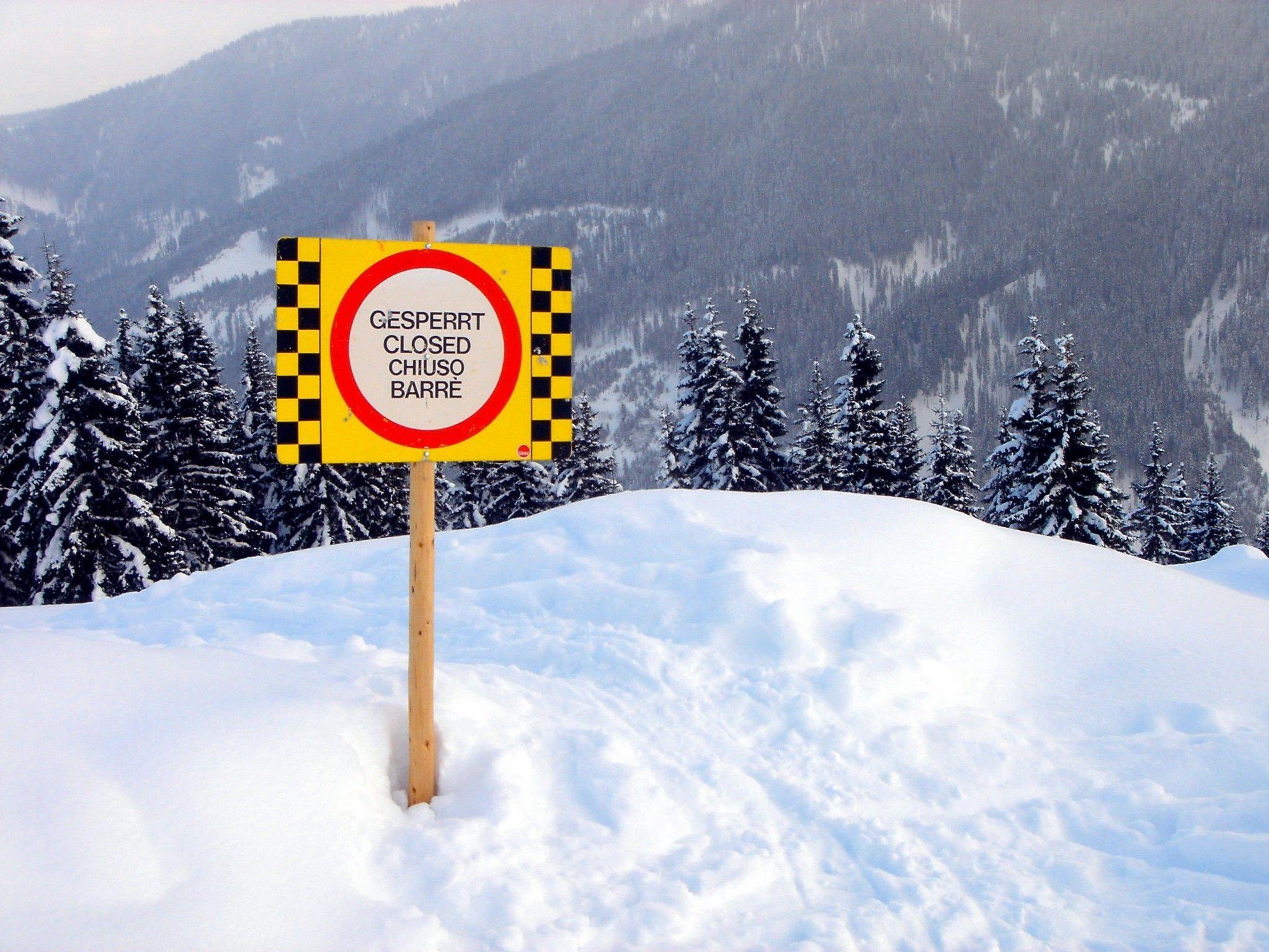 Trotz Warnung fuhren zwei Skifahrer in einen steilen Hang ein und lösten ein Schneebrett aus.
