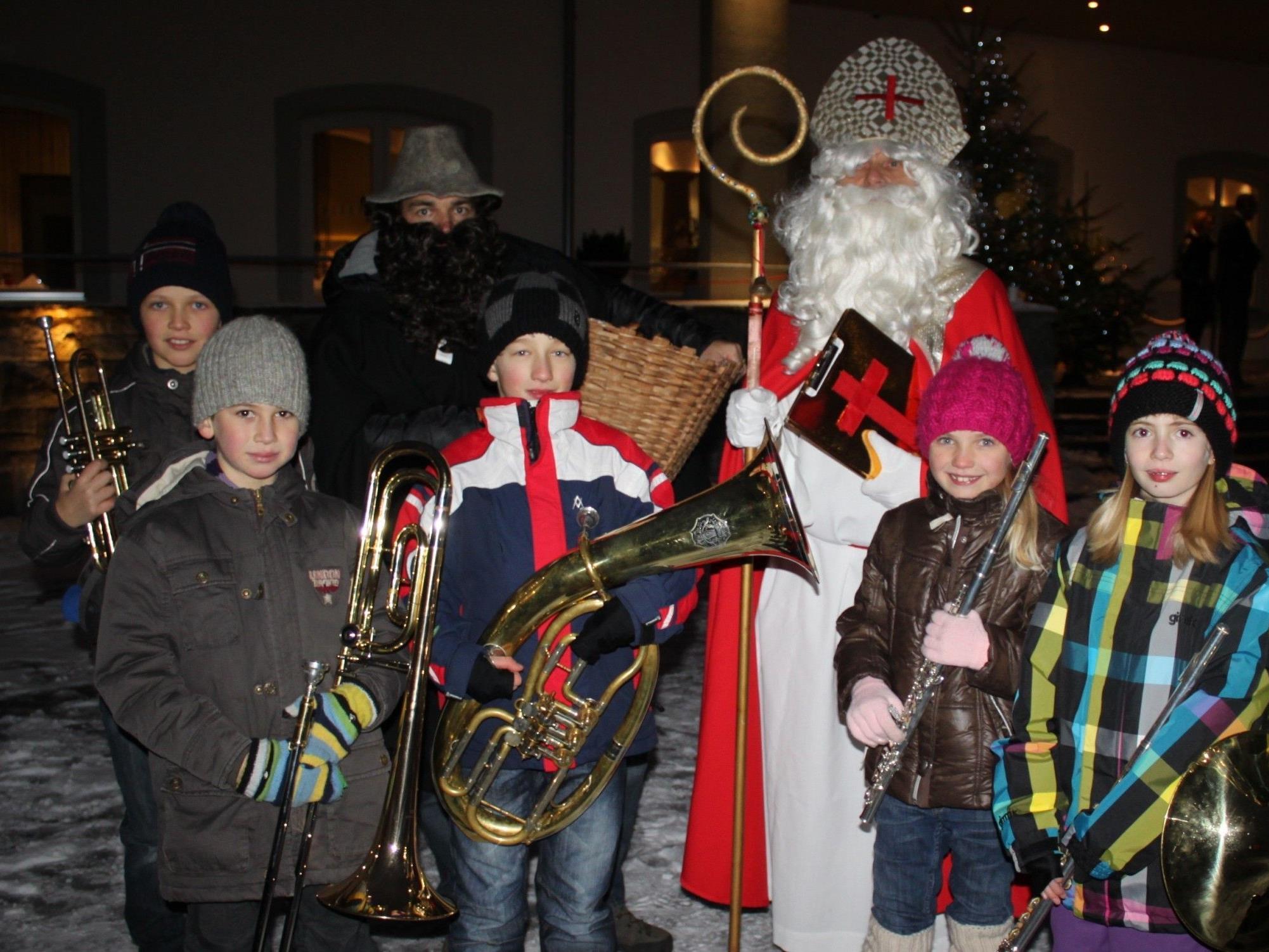 """Zusammen mit dem Hl. Nikolaus sorgten """"Die jungen Leiblachtaler"""" am Lochauer Kaiserstrand für eine stimmungsvolle vorweihnachtliche Atmosphäre."""