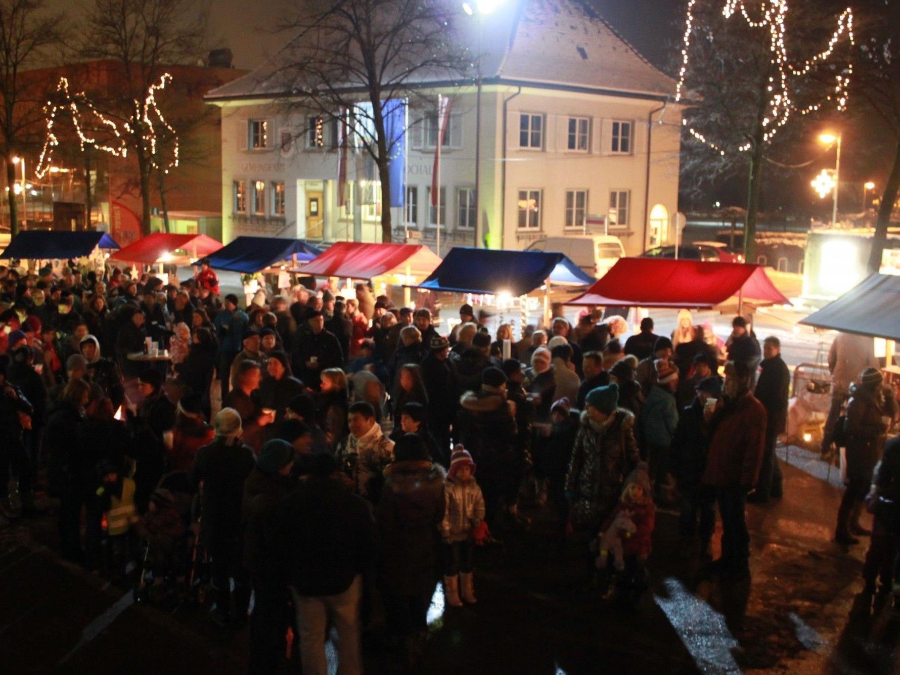 """Stimmungsvolle Atmosphäre auf dem """"Adventmärktle"""" im verkehrsberuhigten Lochauer Ortszentrum."""