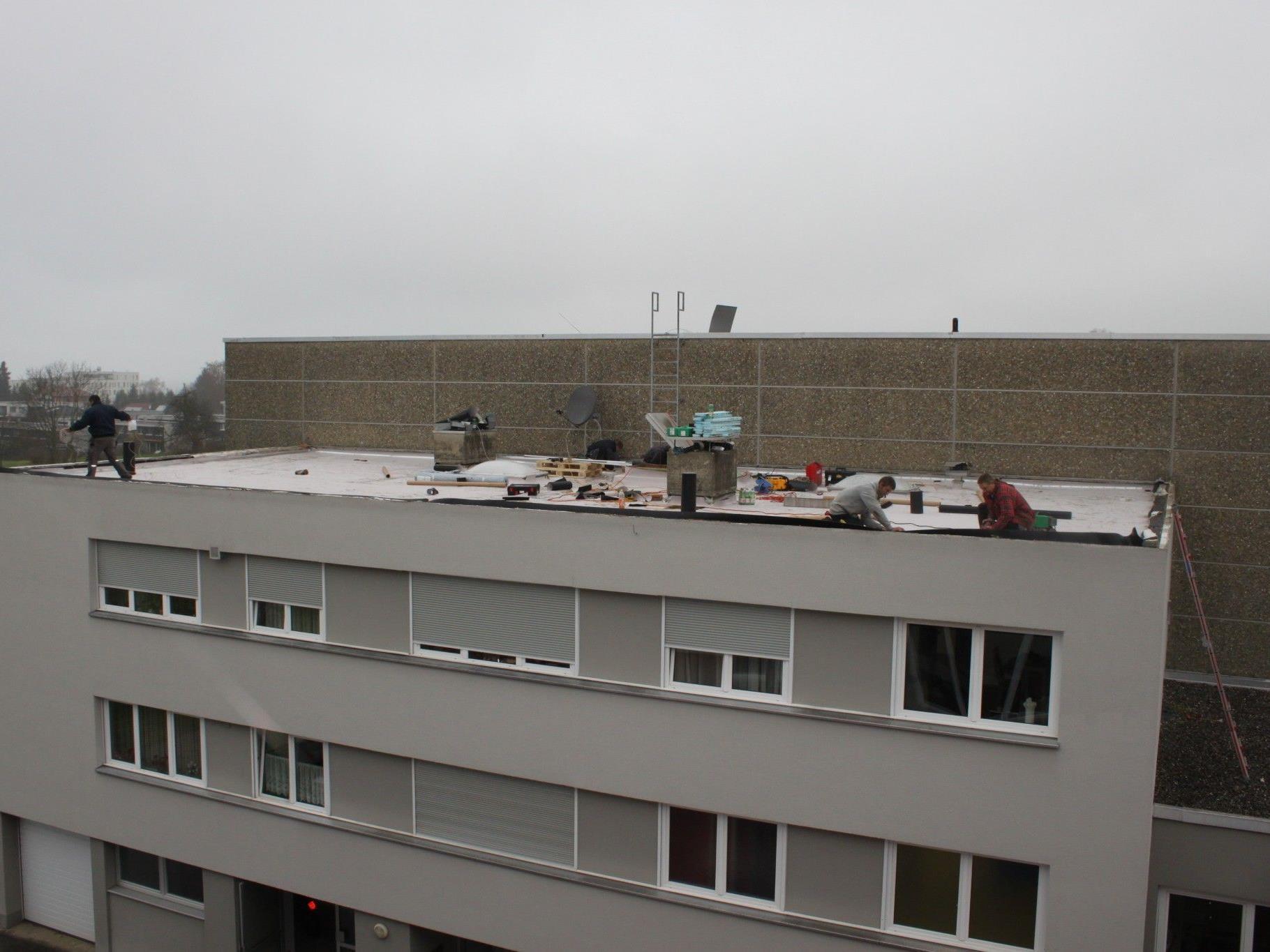 """Die Firma """"Wolf – Dachdeckerei und Spenglerei"""" aus Hörbranz führt die umfassende Dachsanierung durch."""