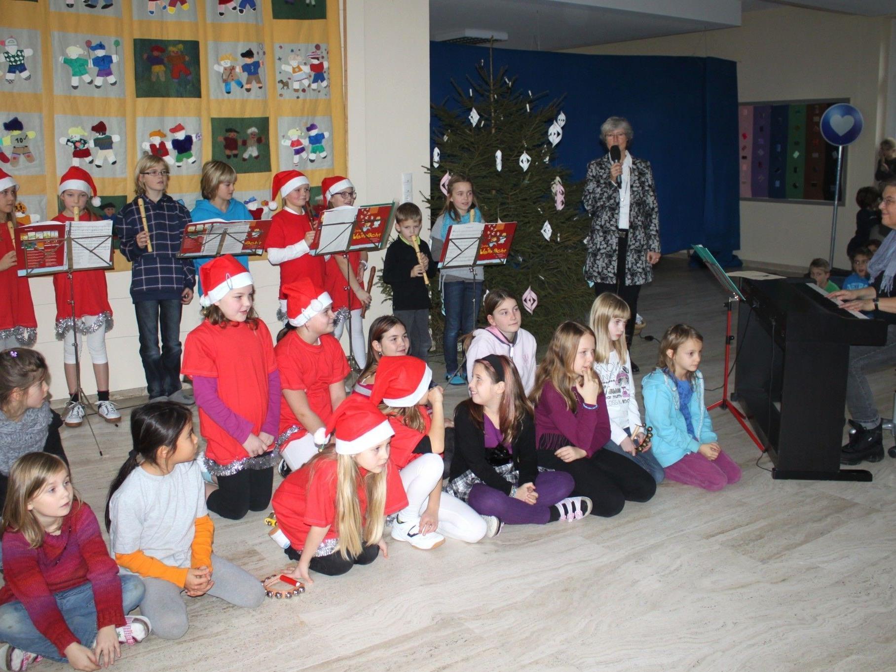 Zur gemeinsamen Weihnachtsfeier konnte Volksschuldirektorin Andrea Rüdisser-Sagmeister Schüler und Lehrpersonen sowie zahlreiche Eltern willkommen heißen.