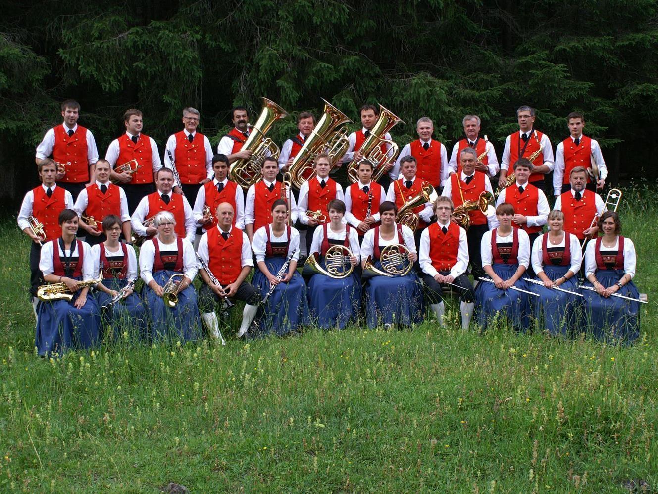 Gut gelaunte Musikanten spielen in Schoppernau auf.