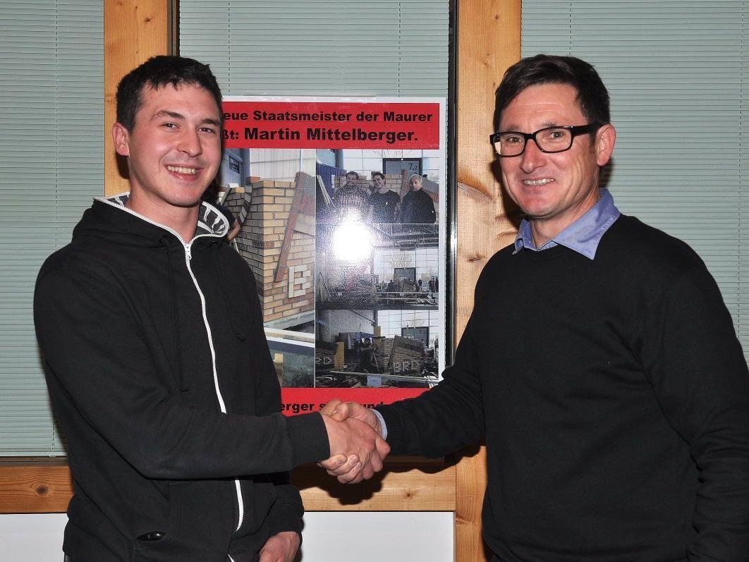 Baumeister Gerhard Müller gratuliert seinem Top-Maurer Martin Mittelberger zum Staatsmeistertitel.