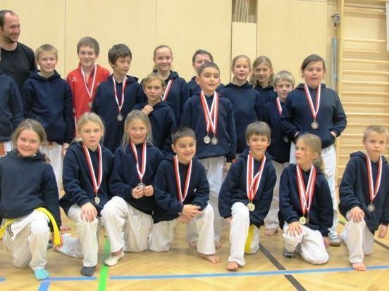 Stolz präsentieren die Sportler ihre Medaillen