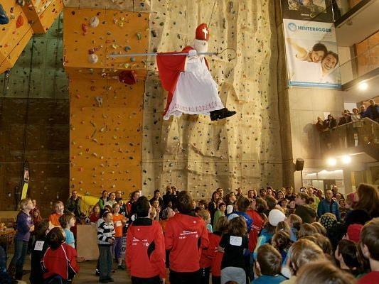 Ein fliegender NIkolaus sorgte in der Dornbirner Kletterhalle für Aufsehen.