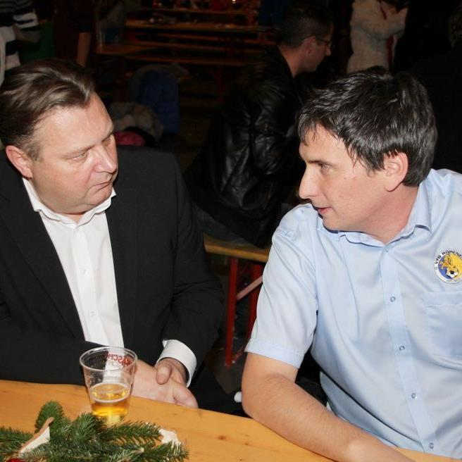 VfB-Präsident Harald Achenrainer und Sportstadtrat Friedl Dold im Smalltalk über die Gegenwart.