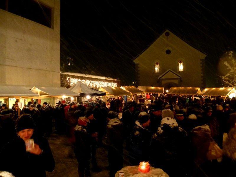 Weihnachtliche Stimmung beim Adventmarkt auf dem Dorfplatz in Doren.