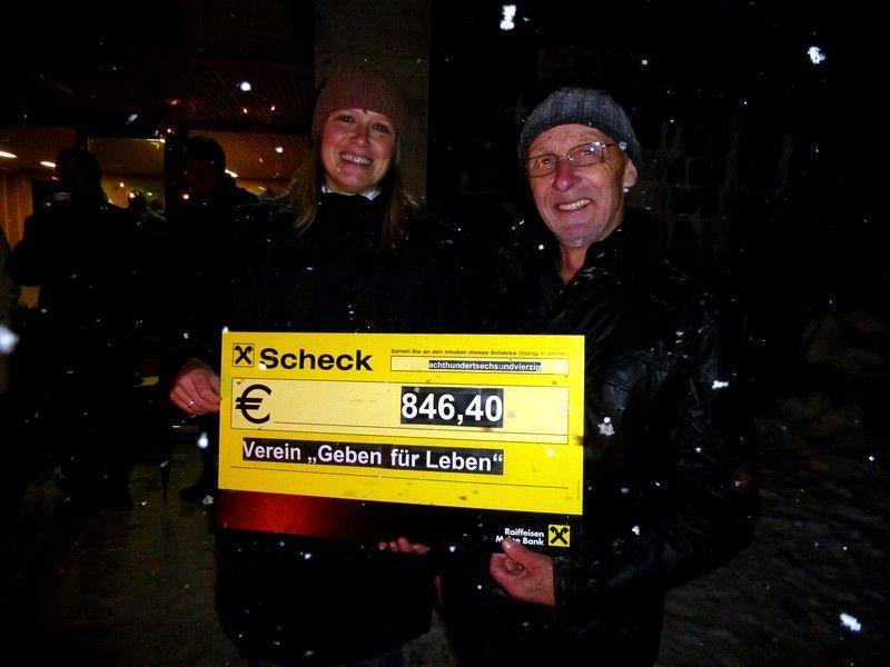 """Brigitte Bilgeri nahm stellvertretend den Scheck für """"Geben für Leben"""" aus den Händen von Organisator Johann Giselbrecht entgegen."""
