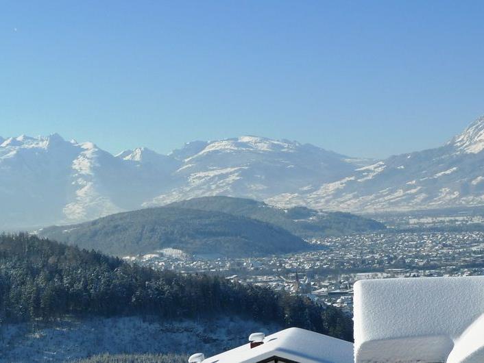 Blick von Batschuns auf das verschneite Rankweil und in Richtung Feldkirch.