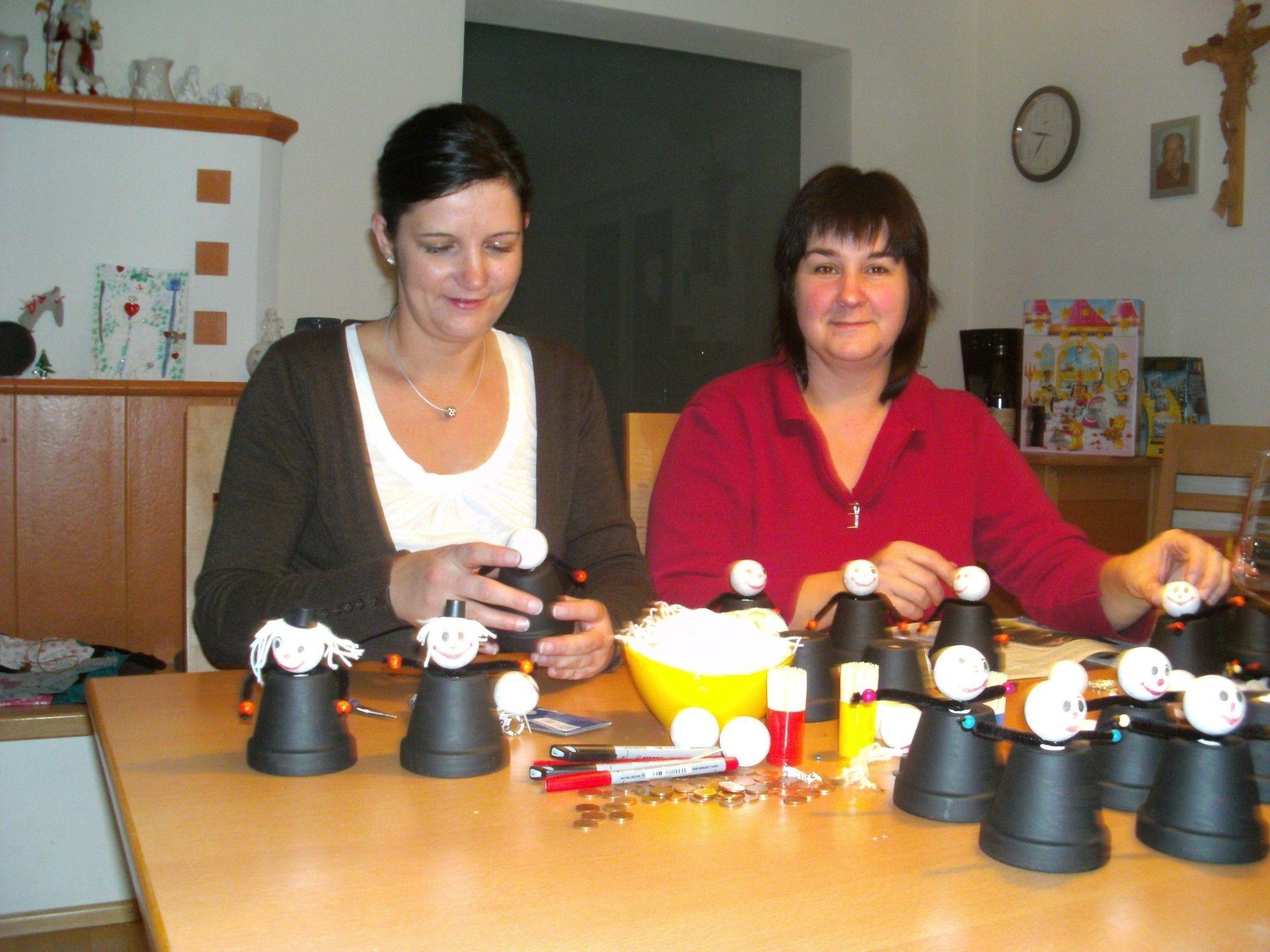 Elke Sonderegger und Tanja Schroller beim Basteln.