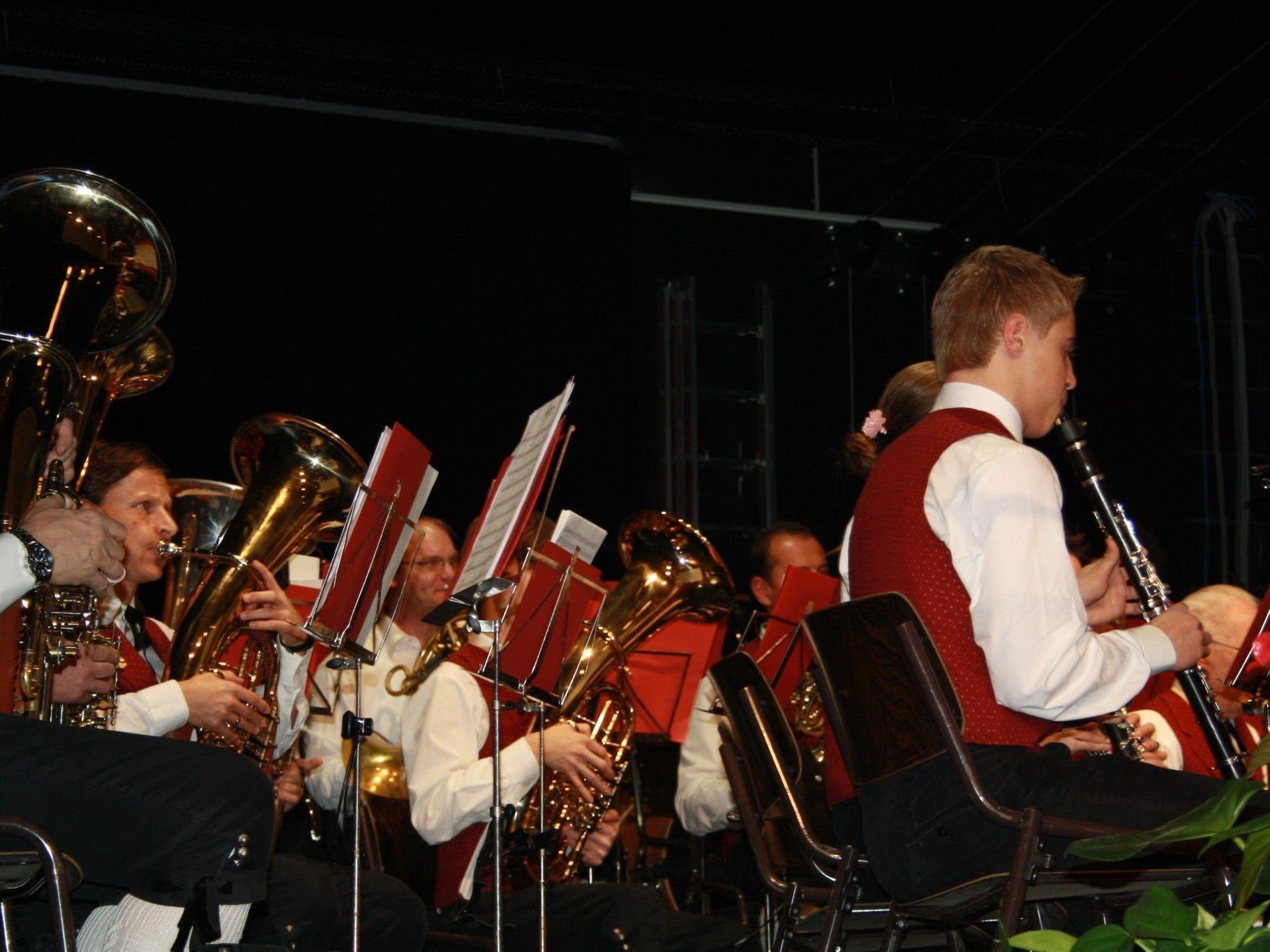 Die Bürgermusik Hohenems überraschte mit flotten Melodien beim Herbstkonzert im Löwensaal.