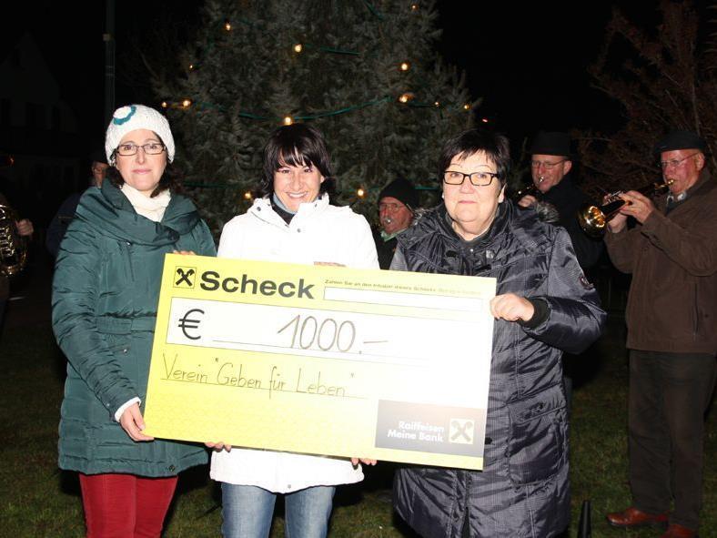 Foto von li n re: Susanne Entner (Organisation), Susanne Marosch (Geben für Leben) und Margrit Wally (Moderatorin der Adventsfeier)
