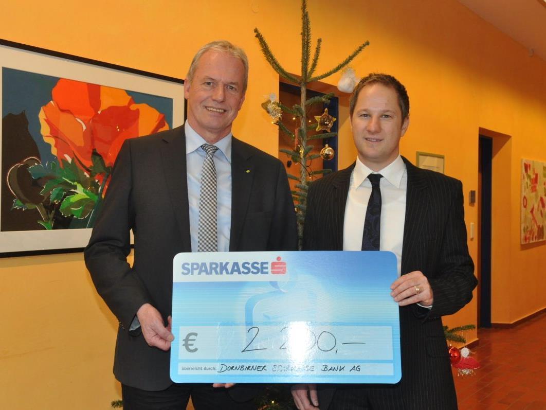 Filialleiter Rainer Dietrich stellte sich mit einem Scheck von 2.200 Euro zugunsten des Altacher Sozialfonds ein.