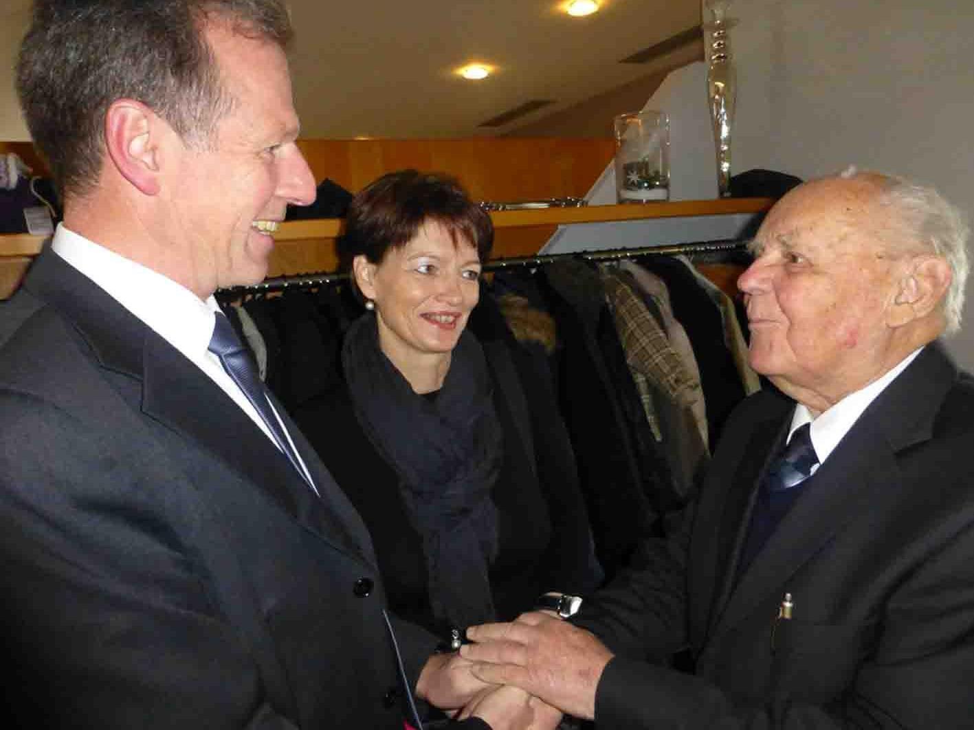 Auch Bgm. Richard Amann und Gattin Anni gratulieren MR Dr. Johann Schuler zum 90. Geburtstag.