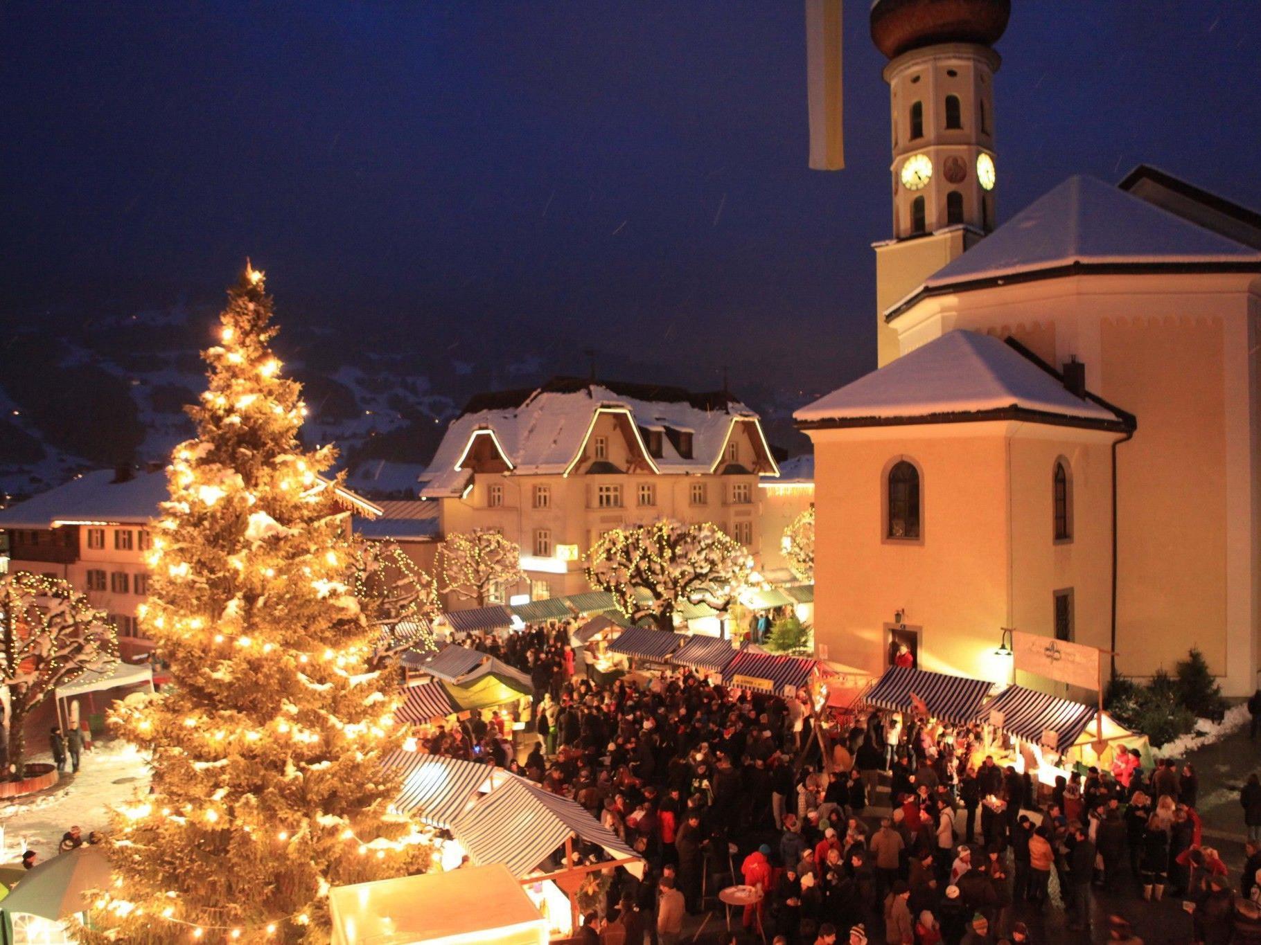 Der silbrige Sontig Markt in Schruns als Publikumsmagnet und beliebter Treffpunkt in der Adventzeit