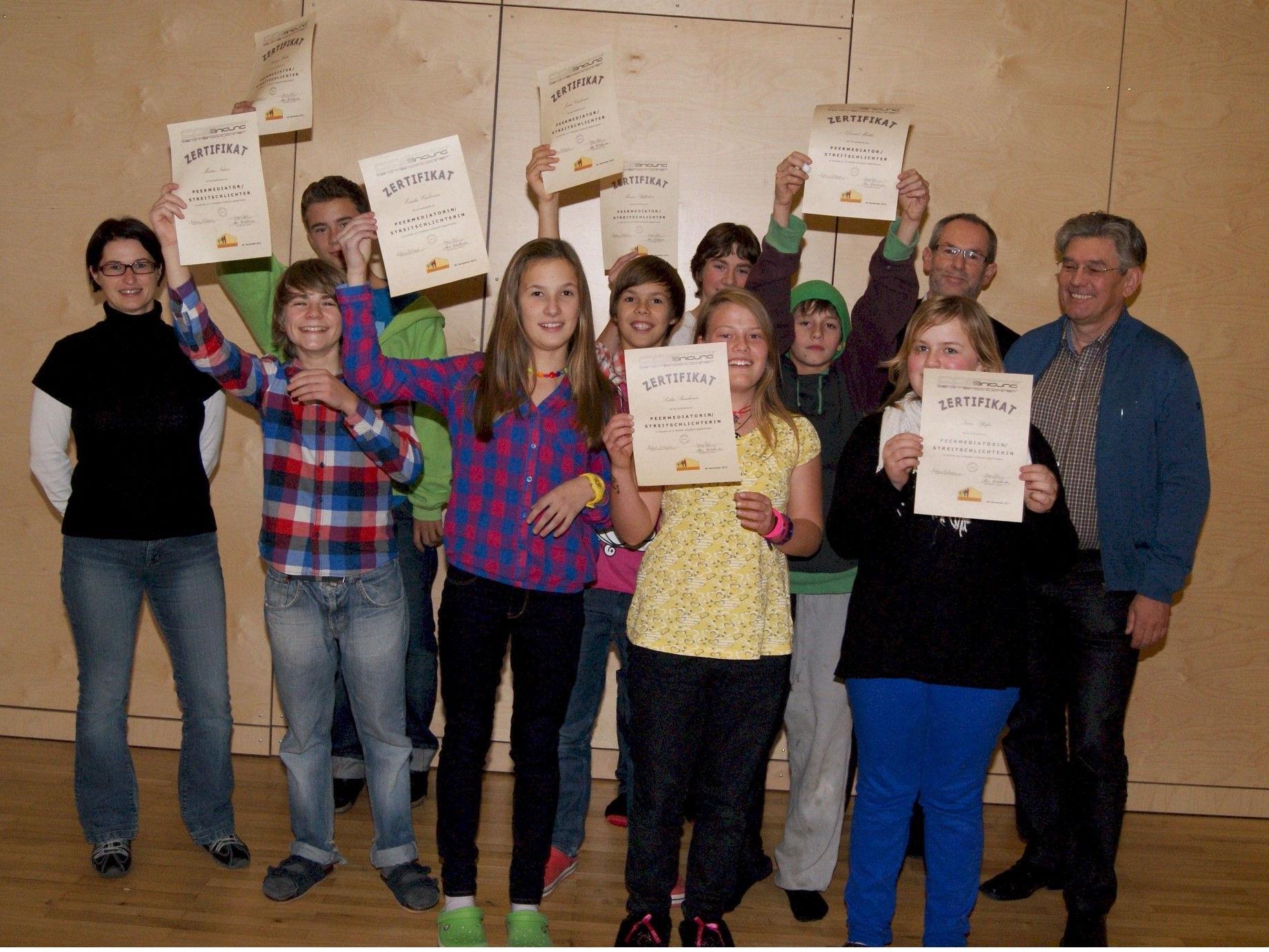 Dir. Alois Bitschnau (r.) überreichte den Schülern das Zertifikat zur Streitschlichterausbildung.