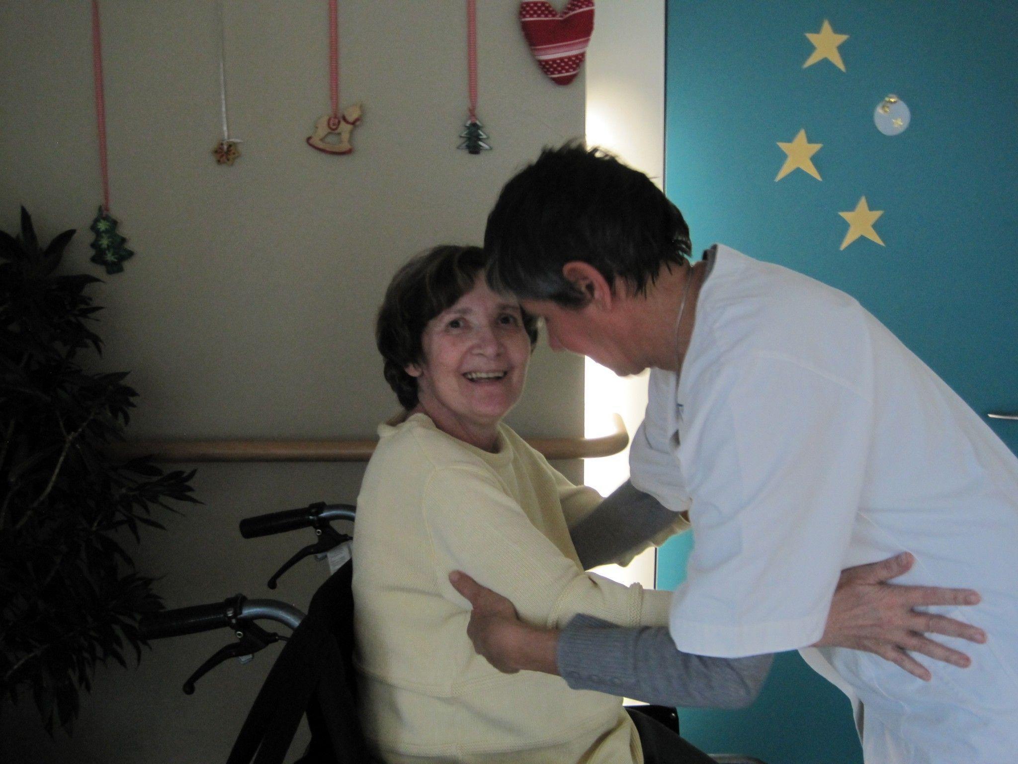 Frau Ingrid genießt die gute Betreuung durch die dipl. Krankenschwester Martha Mittelberger  in der Tagespflege