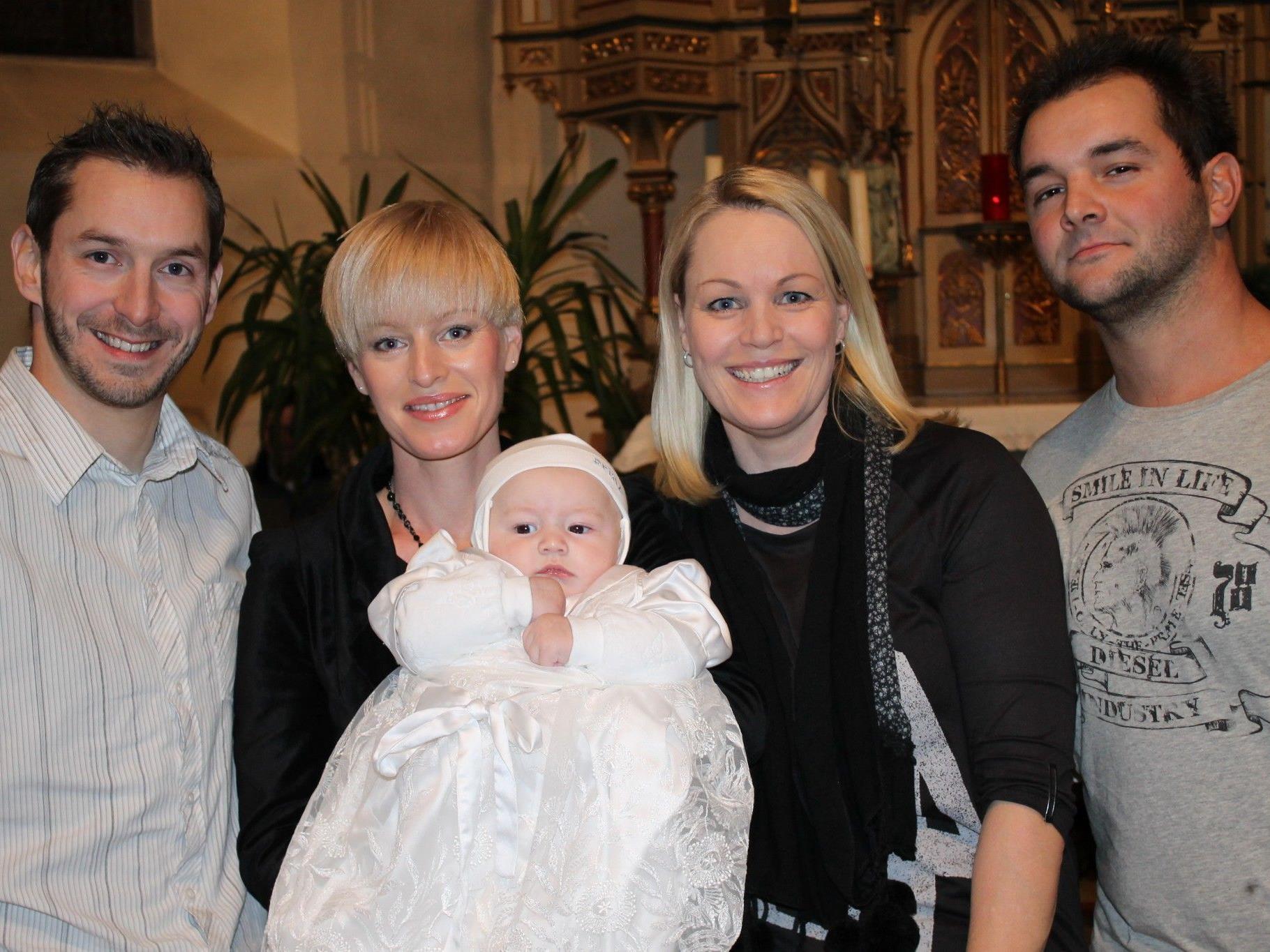 Sandro Moser wurde von Pfarrer Dr. Hubert Lenz getauft