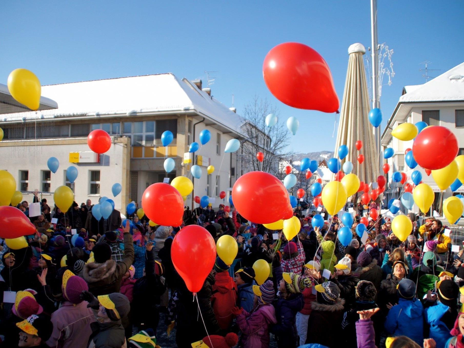 Flashmob mit 200 Schülern samt Luftballons auf dem Kirchplatz