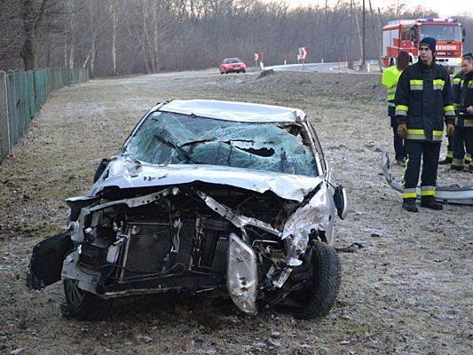 Der schwer in Mitleidenschaft gezogene Unfallwagen nach dem Crash auf der B60