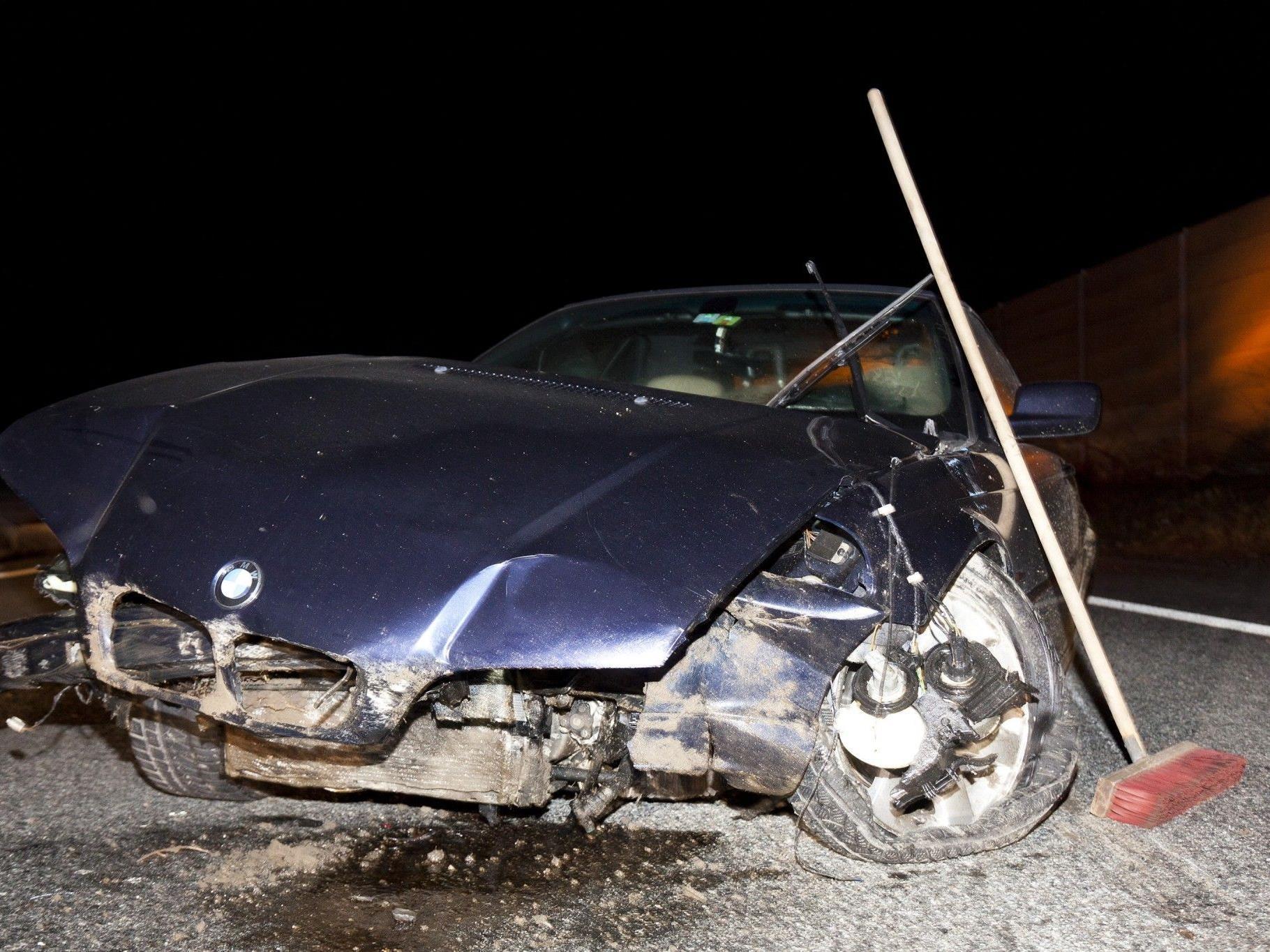 Raserei auf Autobahn endet mit Crash und zwei Verletzten.