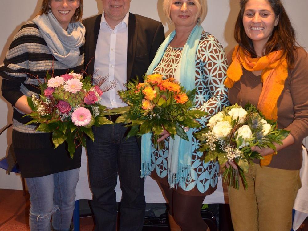 Melanie Bitschnau, Ivana Spasic und Margarete Baldessari freuen sich über die herzlichen Glückwünsche von Roland Staffler, Heimleiter des SeneCura Sozialzentrums Bludenz, über das Abschlussdiplom für die Validationsweiterbildung.